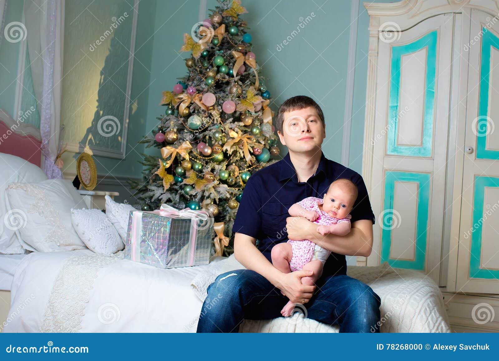 En man med en liten dotter på händer lokal för juldesignelement