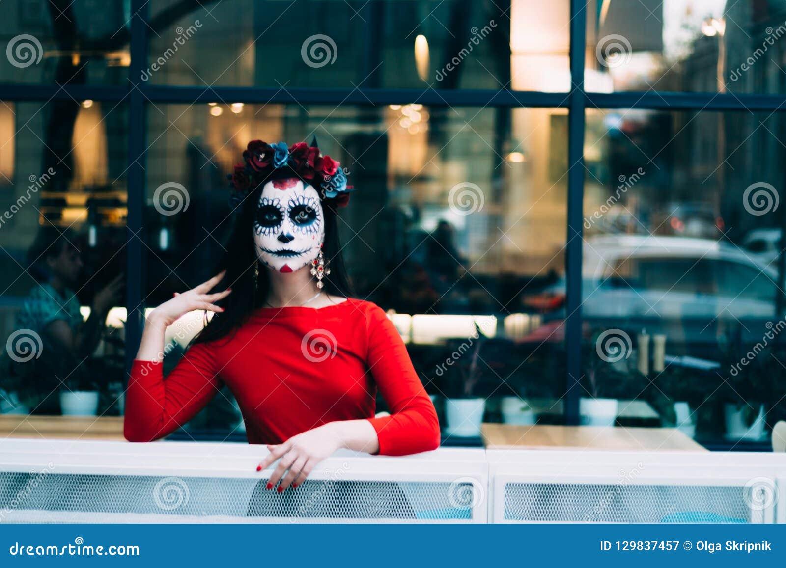 En man med en målad framsida av ett skelett, en död levande död, i staden under dagen anda för dag allra, dag av dödaen, hallowee