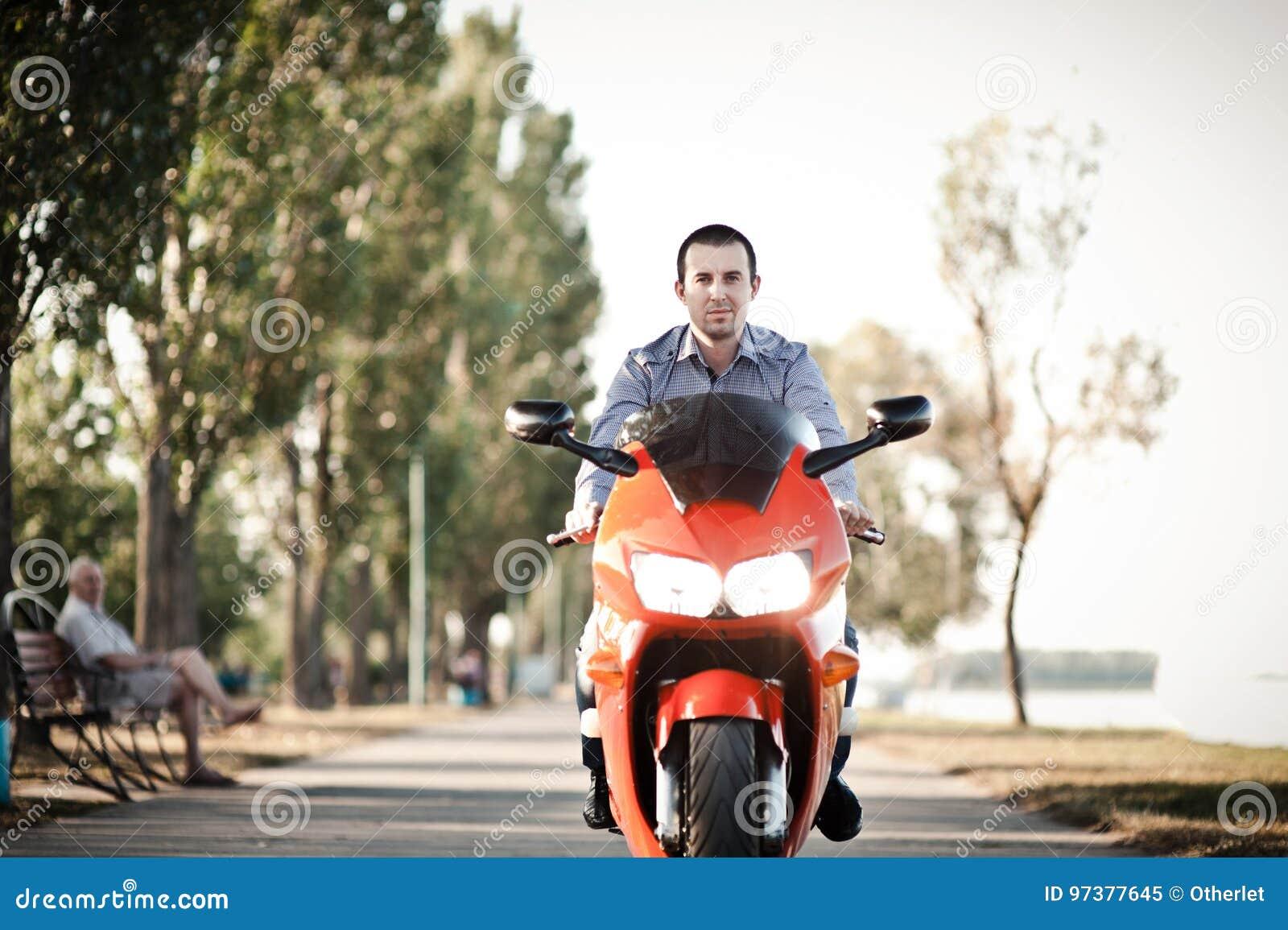 En man på vägen rider en motorcykel