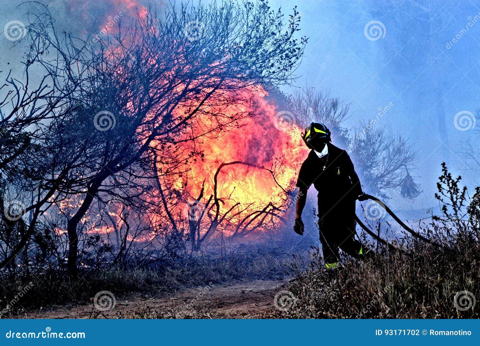 En man slåss branden
