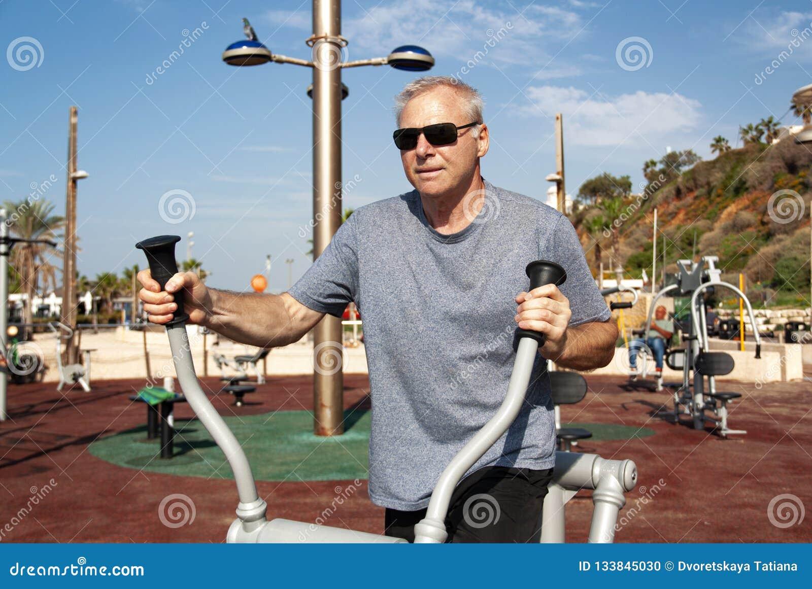 En man som kopplas in i sportar på sportjordningen