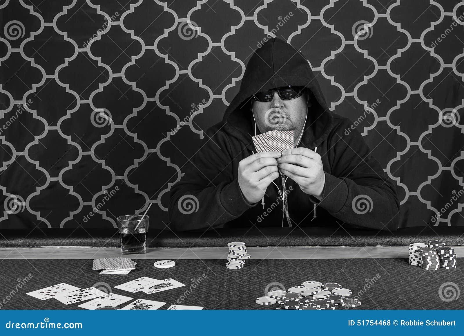 En man som spelar pokersammanträde på en tabell