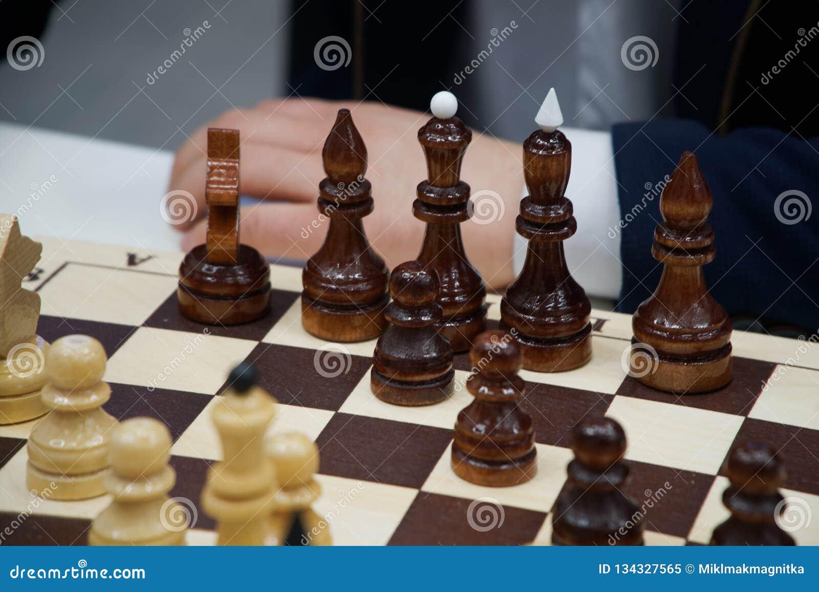 En man spelar schack Schack och affär
