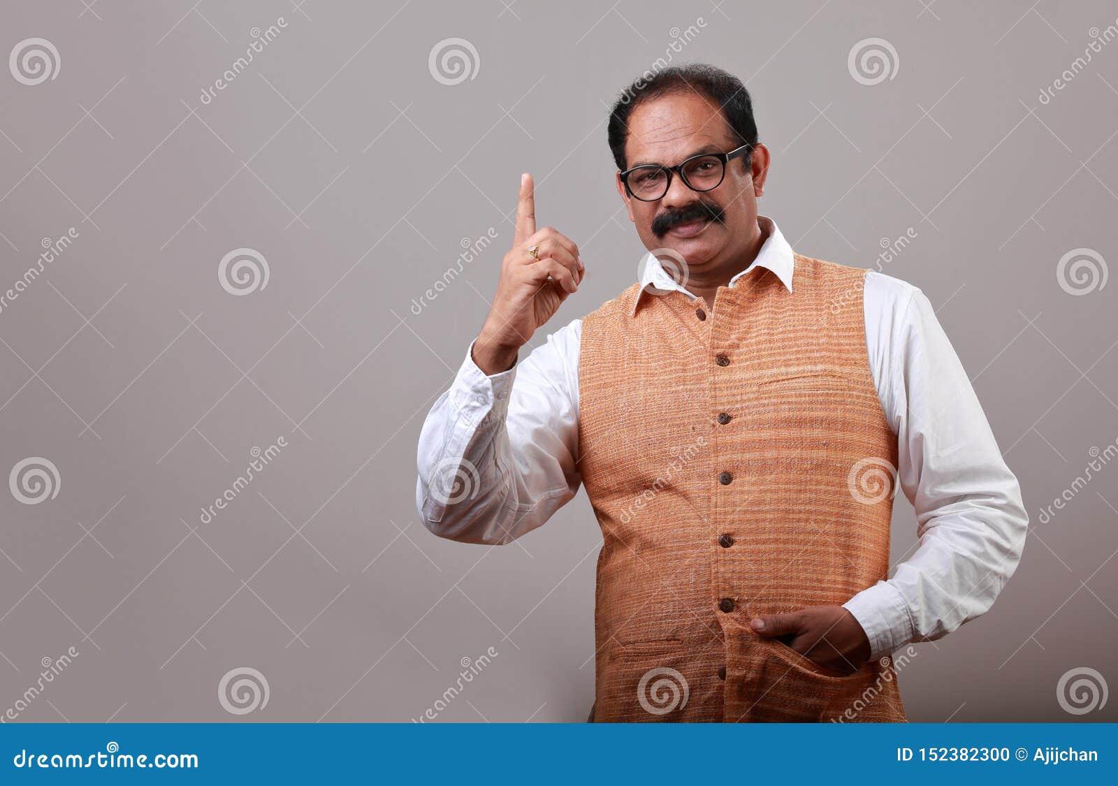 En man visar hans pekfinger