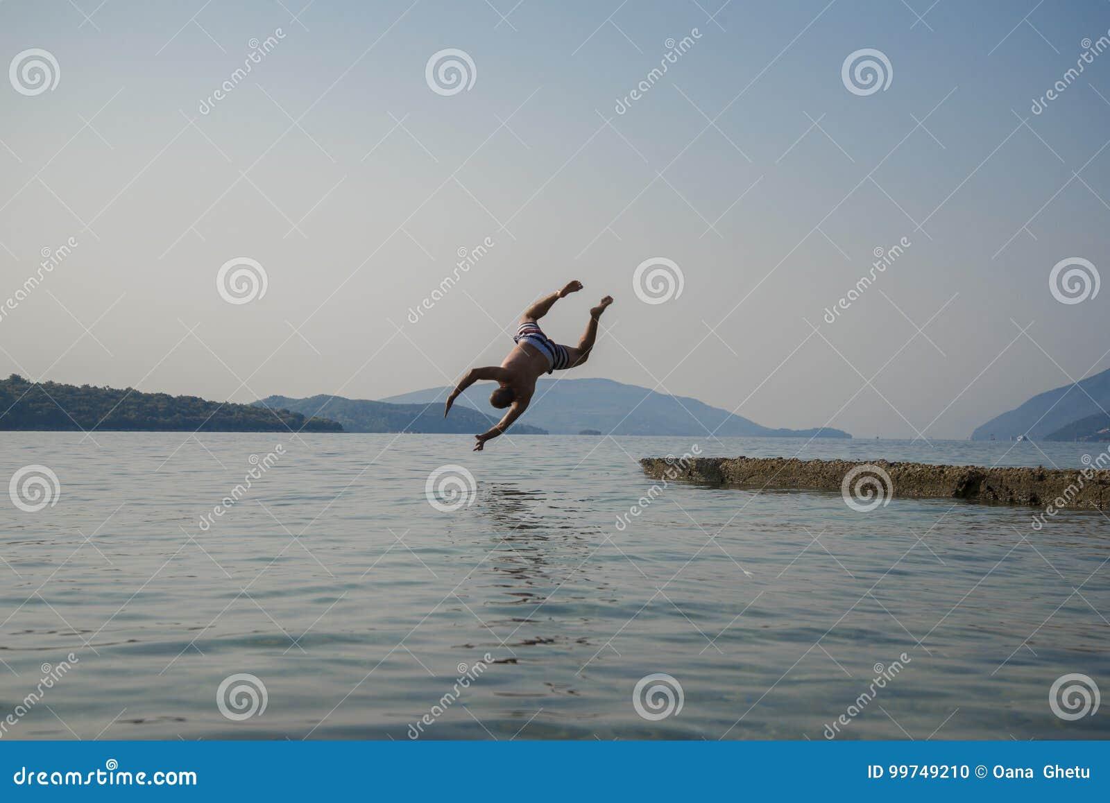 En manbanhoppning in i vattnet