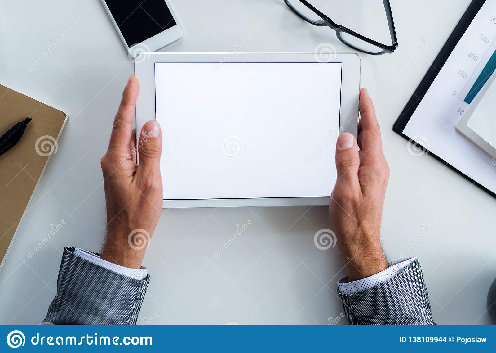 En midsection av affärsmannen som sitter på tabellen, genom att använda minnestavlan En bästa sikt kopiera avstånd