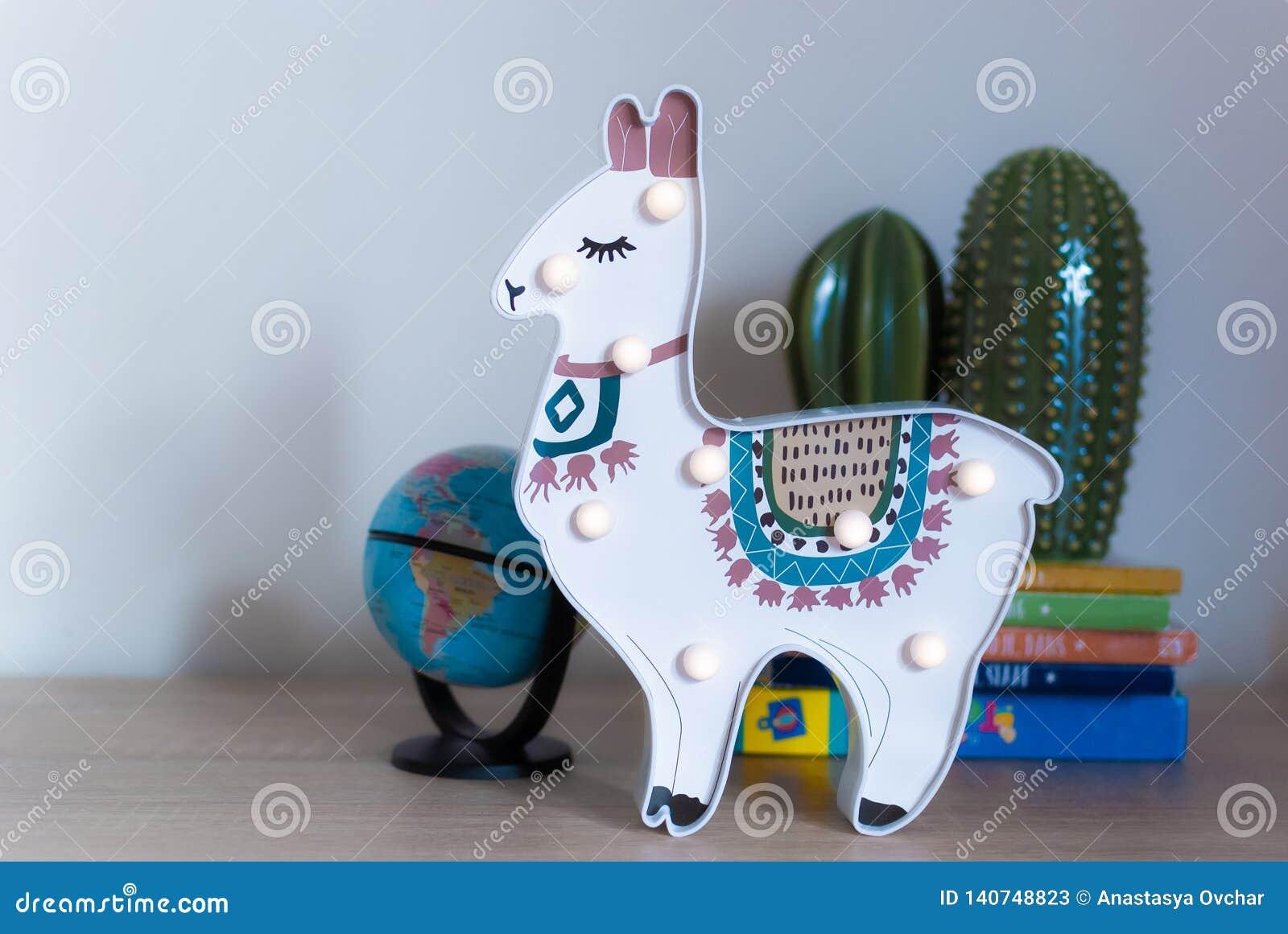 En moderiktig lama lurar nattlampanseende på en sängkant i gryning eller soluppgångljus