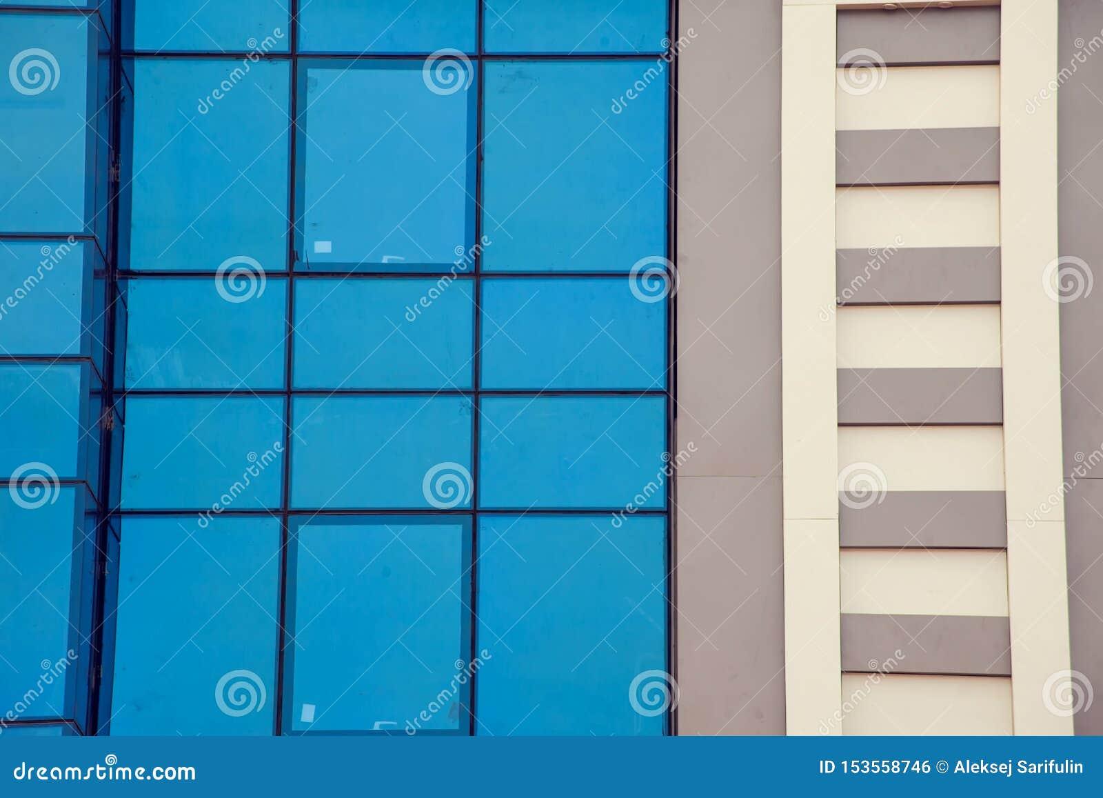 En modern byggnad med bakgrund för exponeringsglasfönster