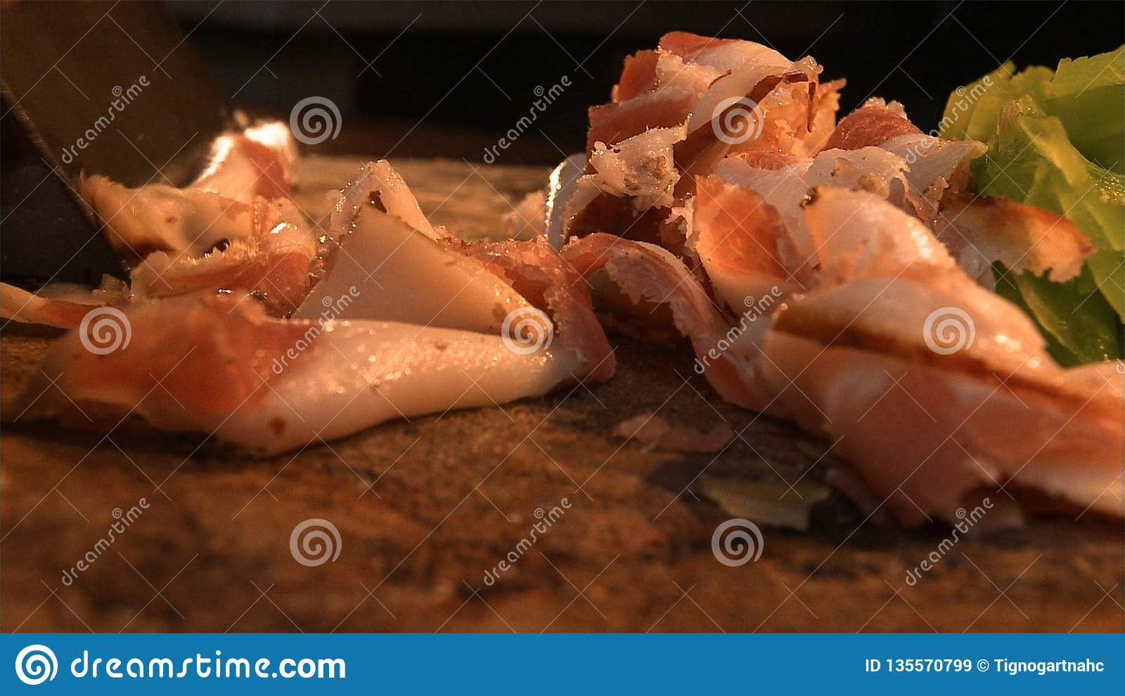 En mogen Nuodeng skinka ska klippas in i delar, innan du lagar mat Traditionell kinesisk mat