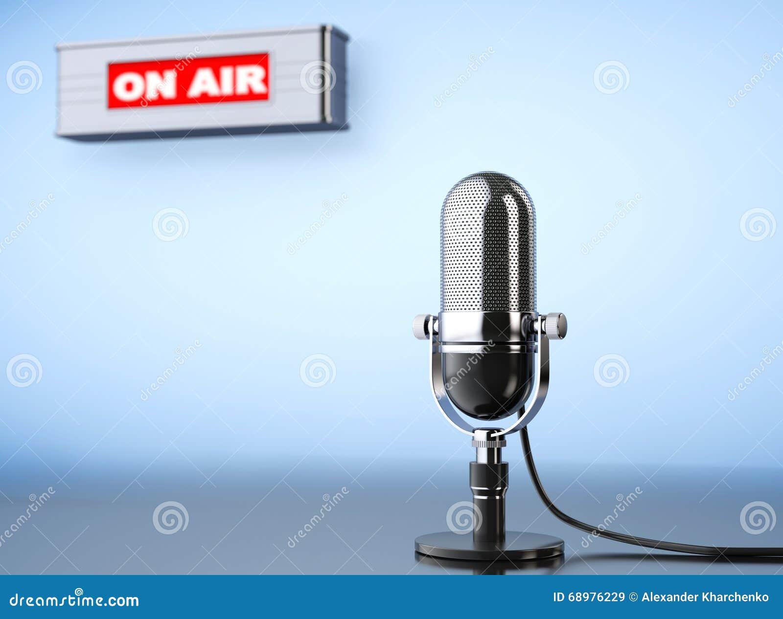 En muestra del aire con el micrófono del vintage