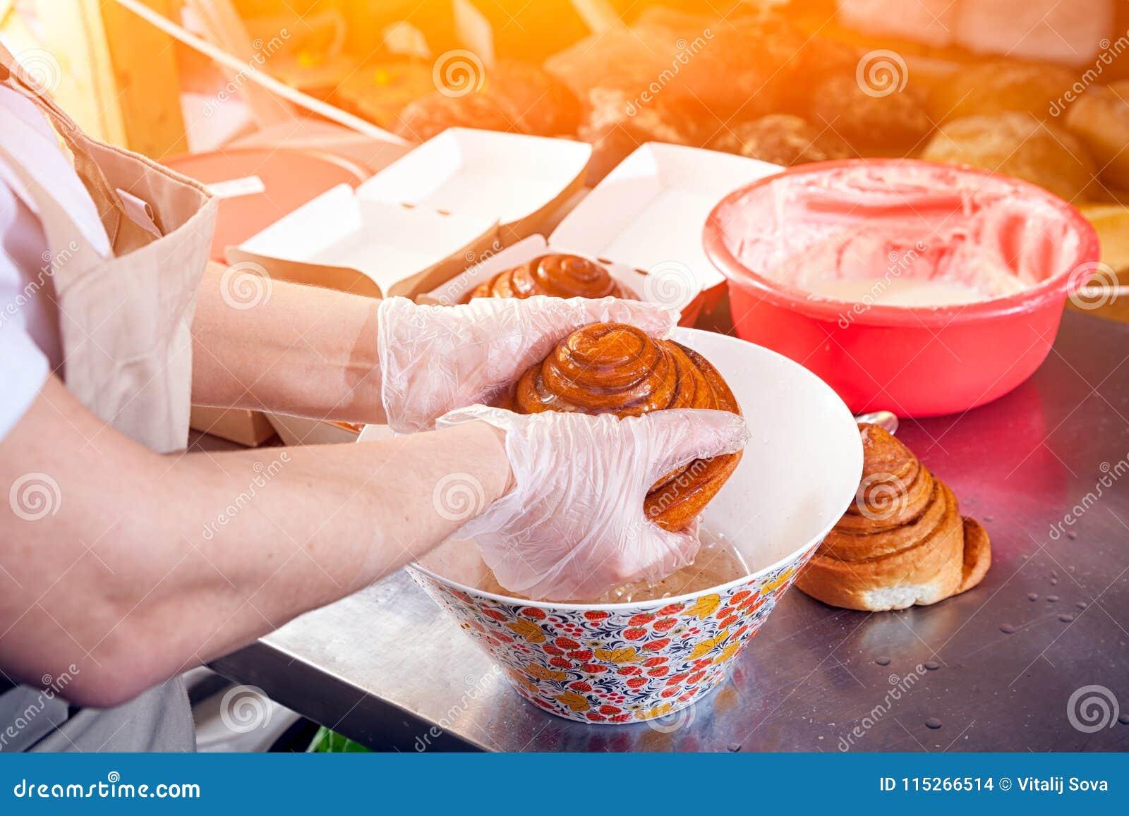 En närbild av en kvinnlig bagare