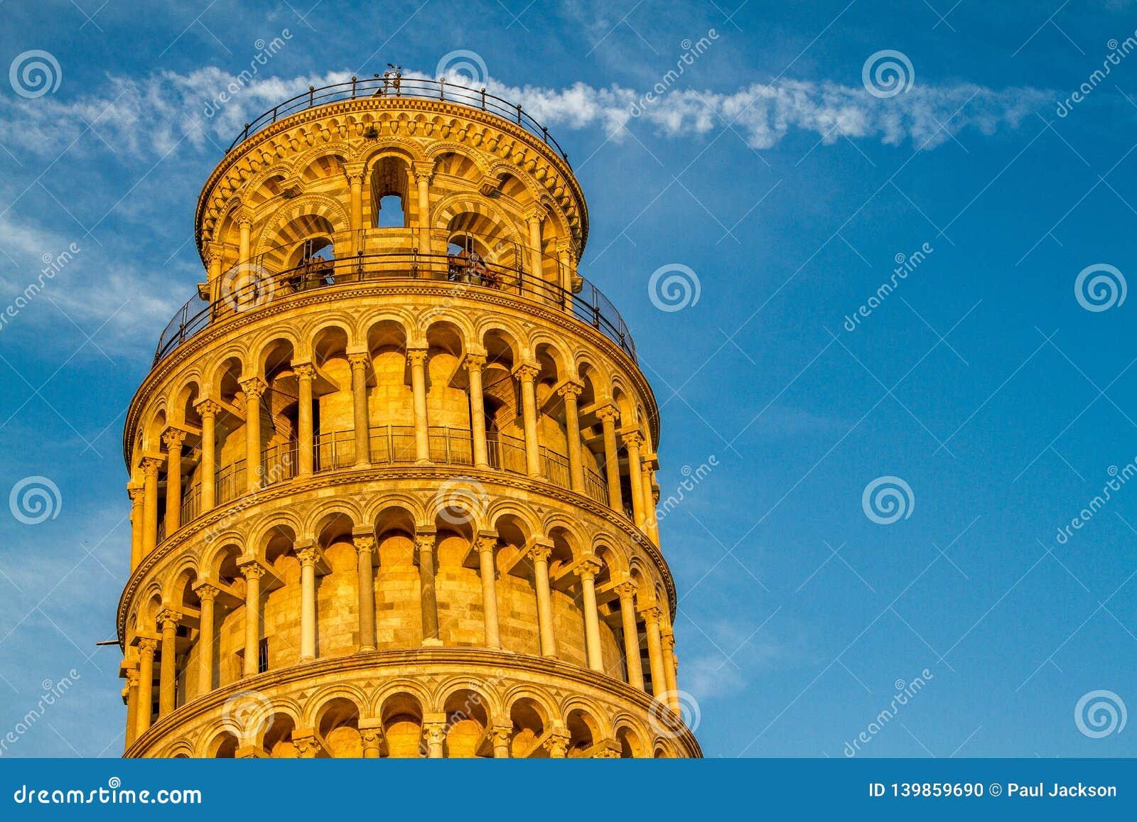 En närbildsikt av det lutande tornet av Pisa, Italien