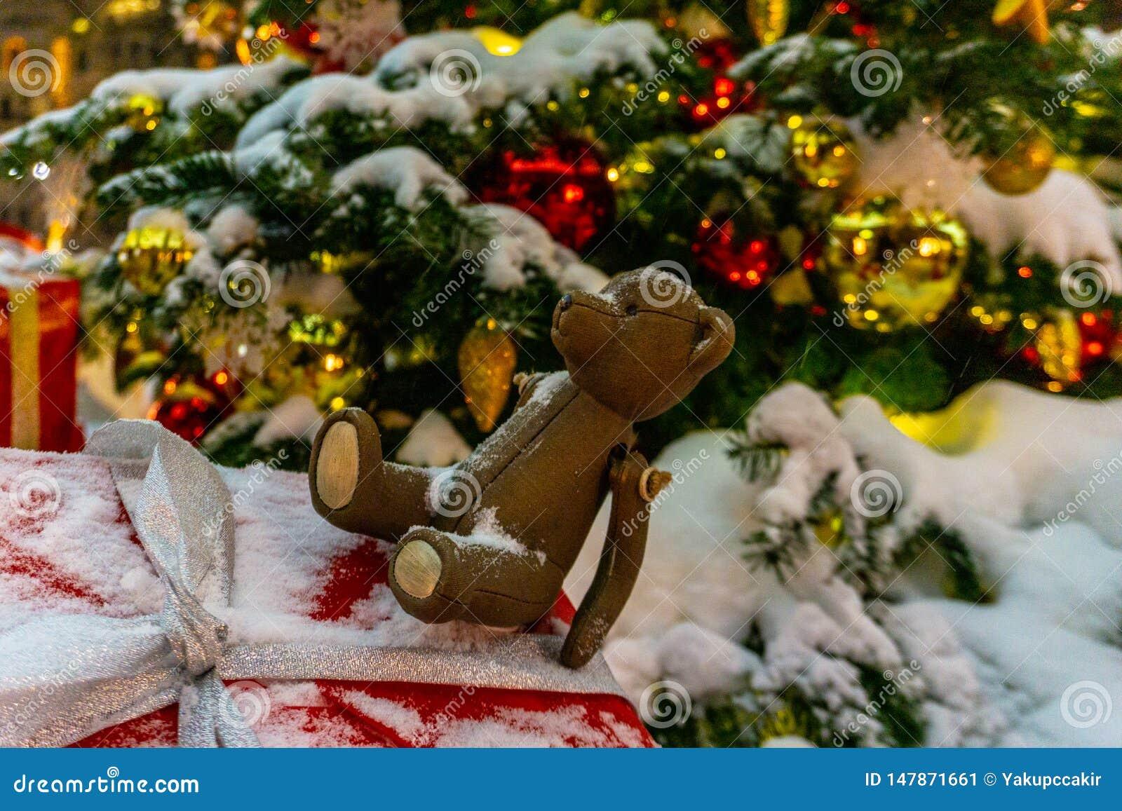En nallebjörn och julprydnader på en julgran