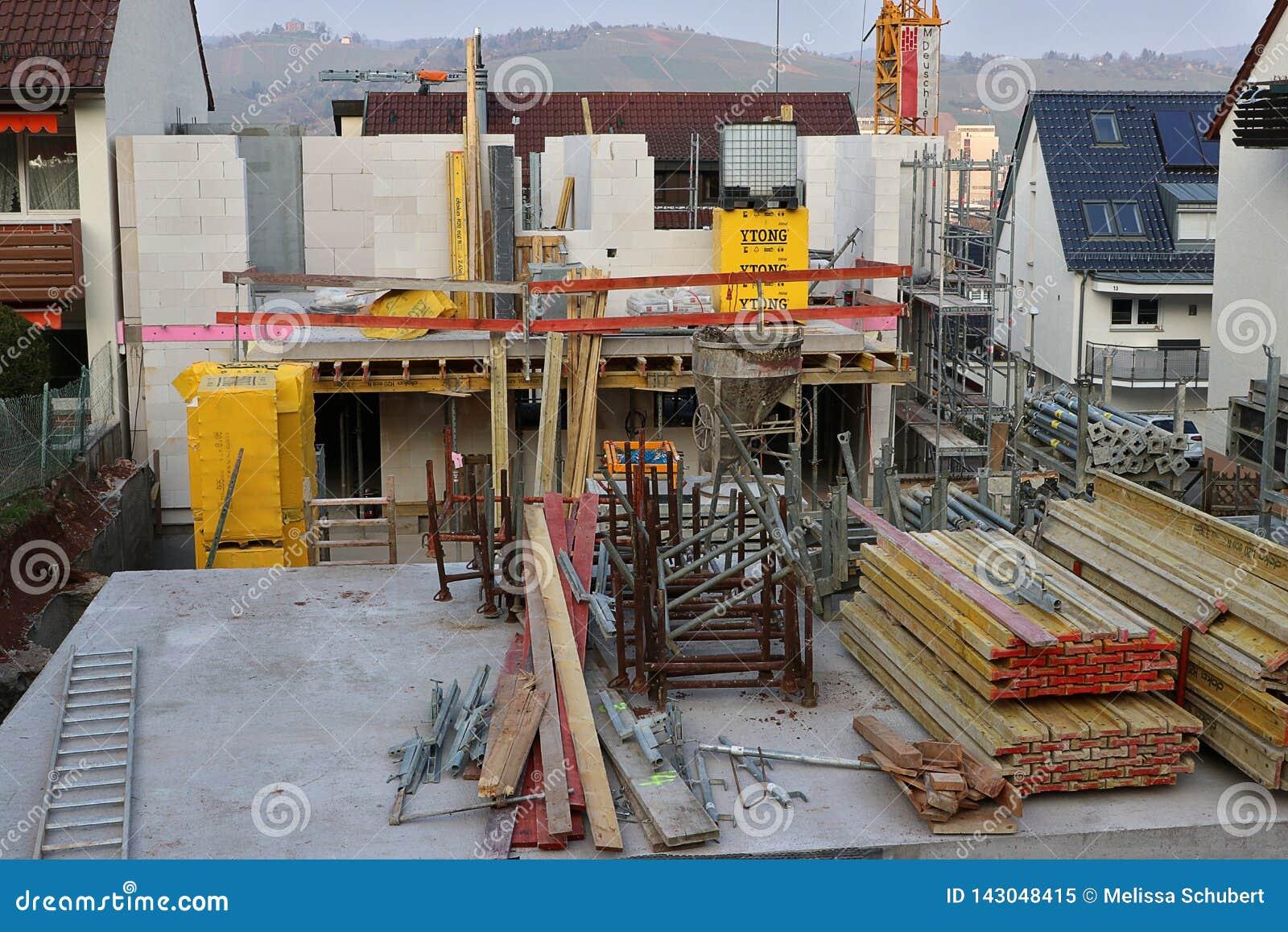 En ny hem- konstruktionsplats i en liten tysk stad