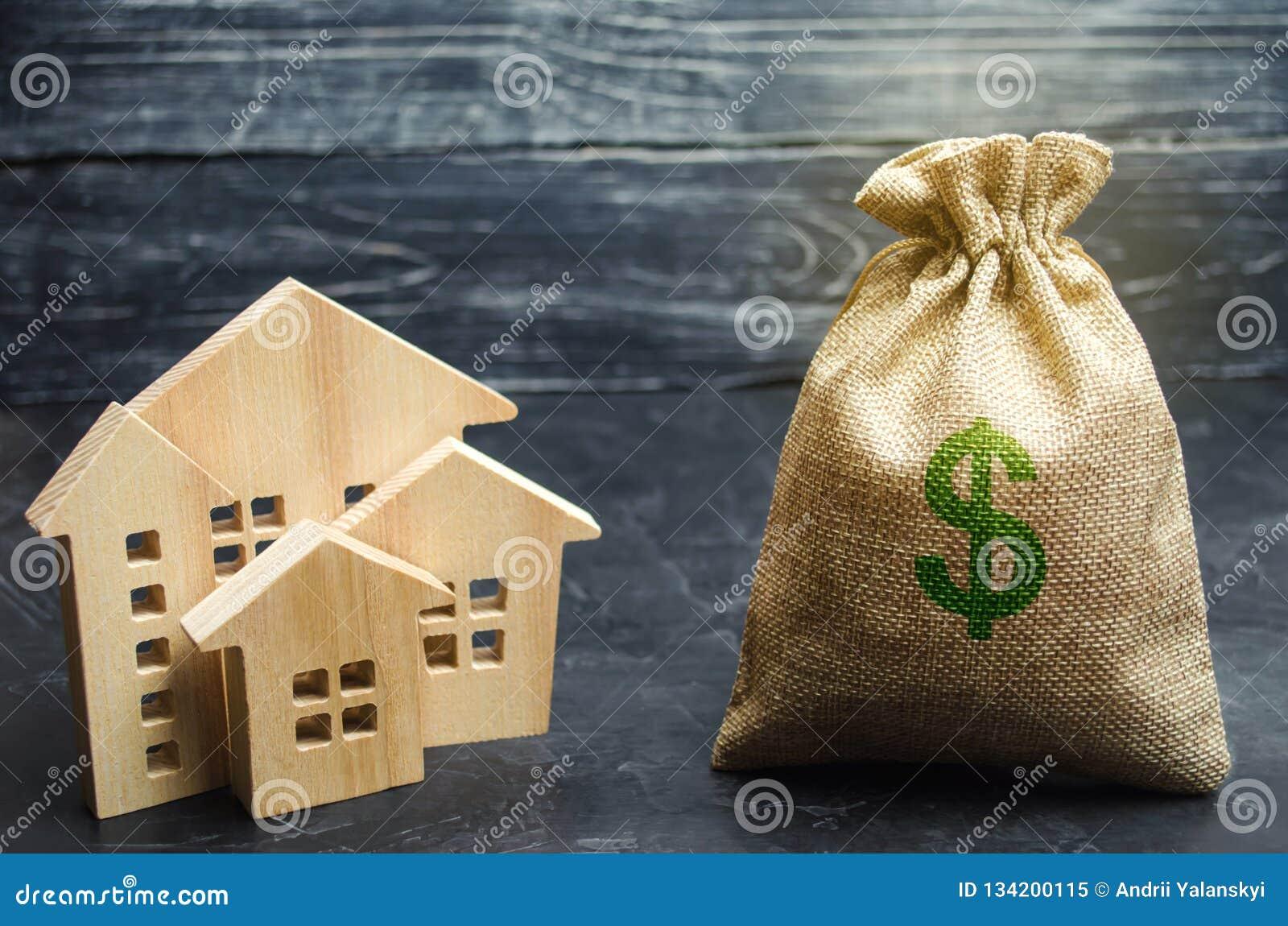 En påse med pengar och trähus sälja för hus Lägenhetköp Real Estate marknadsför Uthyrnings- hus för hyra Hem- priser