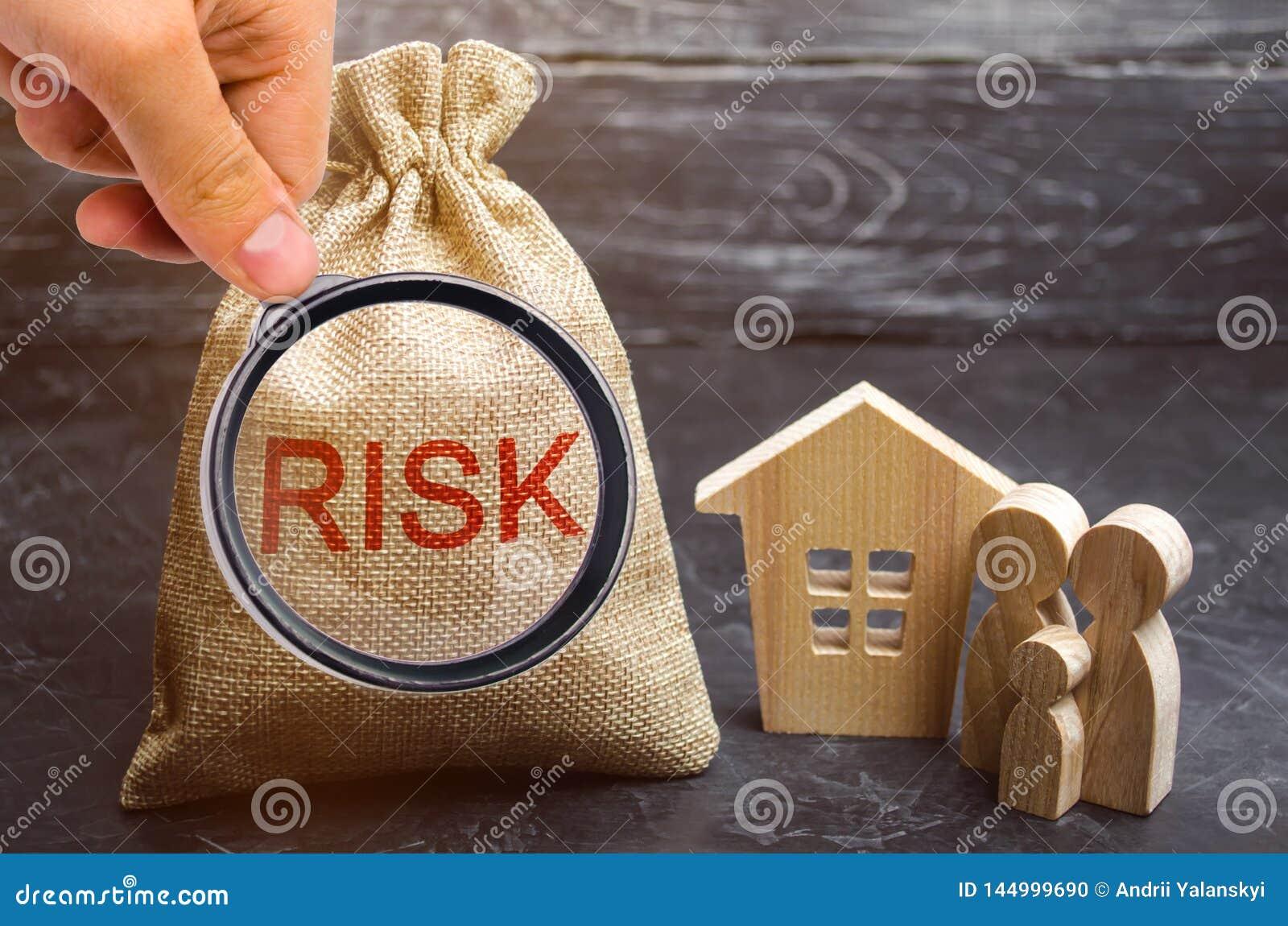 En p?se med pengar och ordrisken och ett tr?hus K?pande egenskap p? kreditering Begreppet av den finansiella risken F?rlust av hu