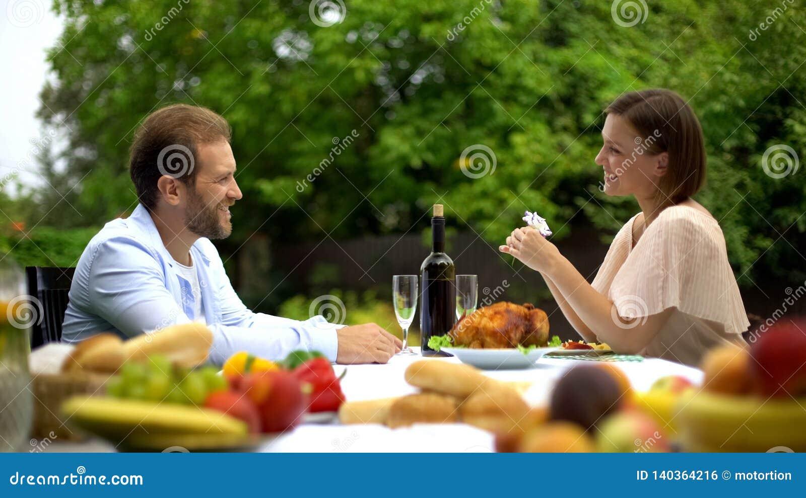 En paar die, echtgenoot die vrouwen culinair talent, geluk prijzen dineren spreken