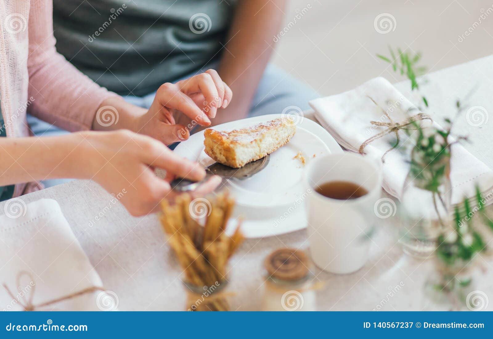En paj för frukost i händerna av vänner utgångspunkt