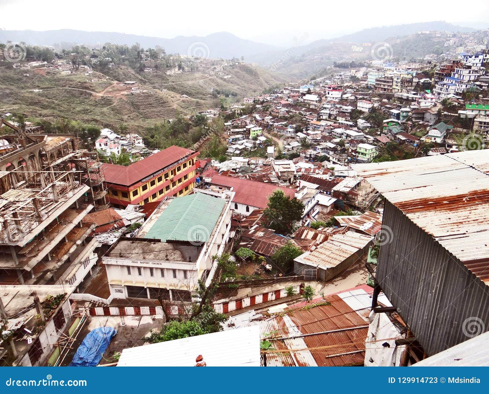 En panoramautsikt av den Kohima kullestaden