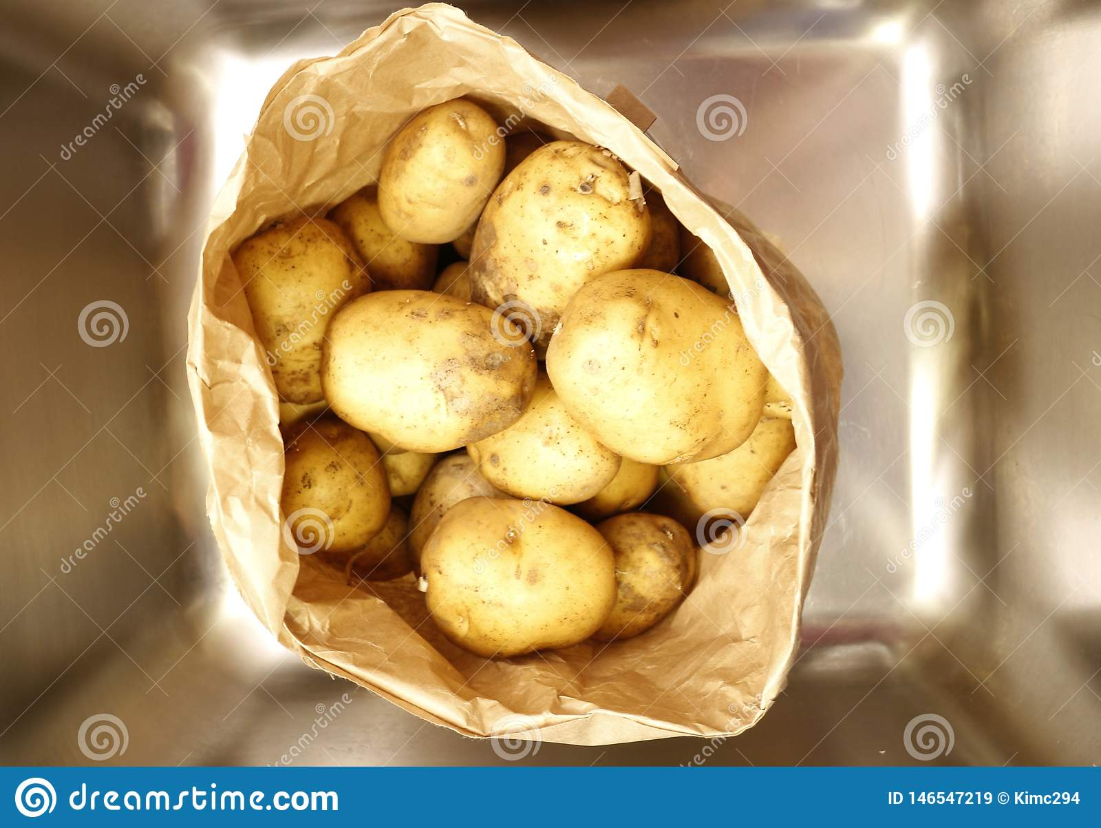 En pappers- p?se mycket av potatisar