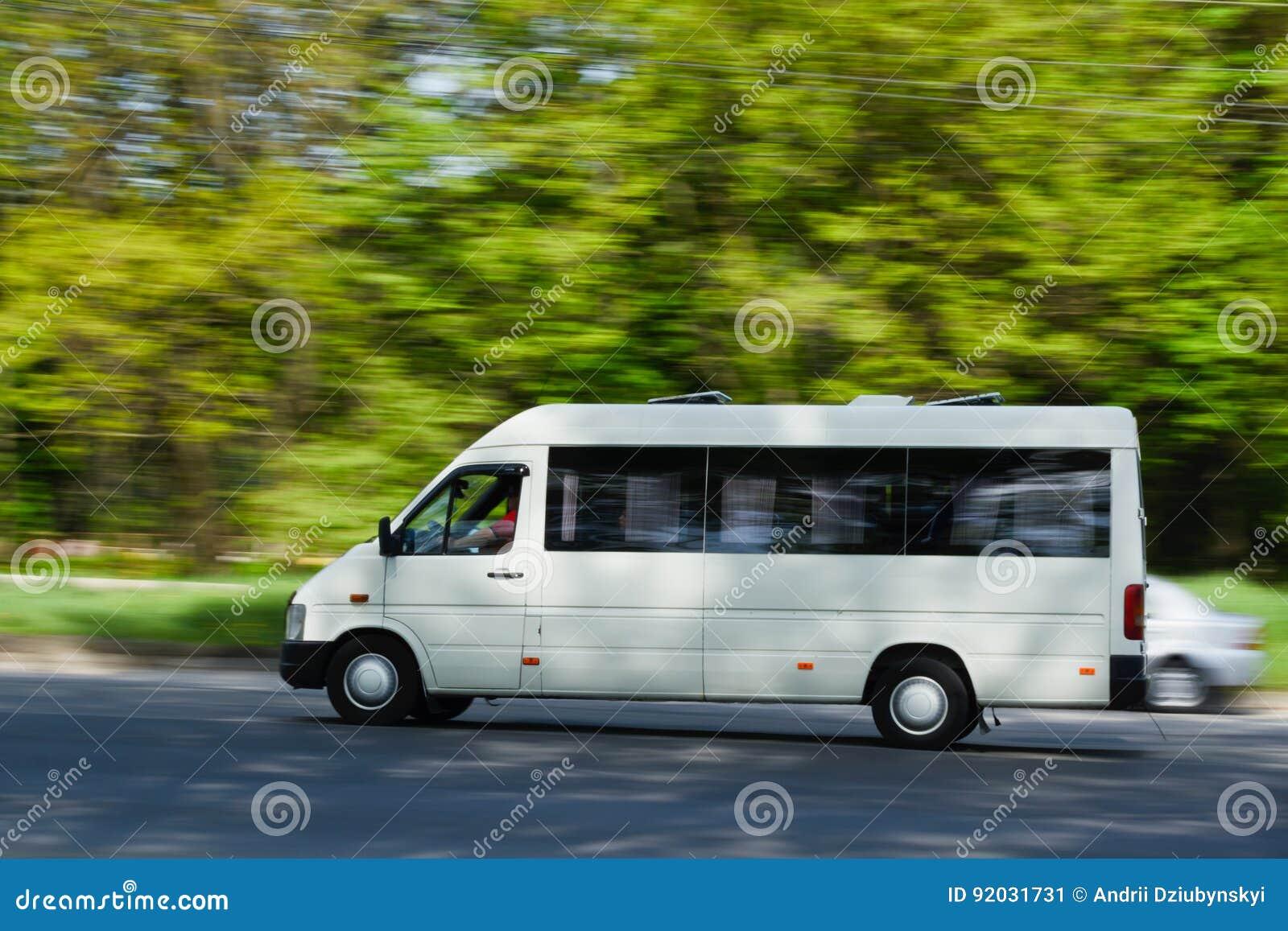 En passagerareskåpbil i rörelse