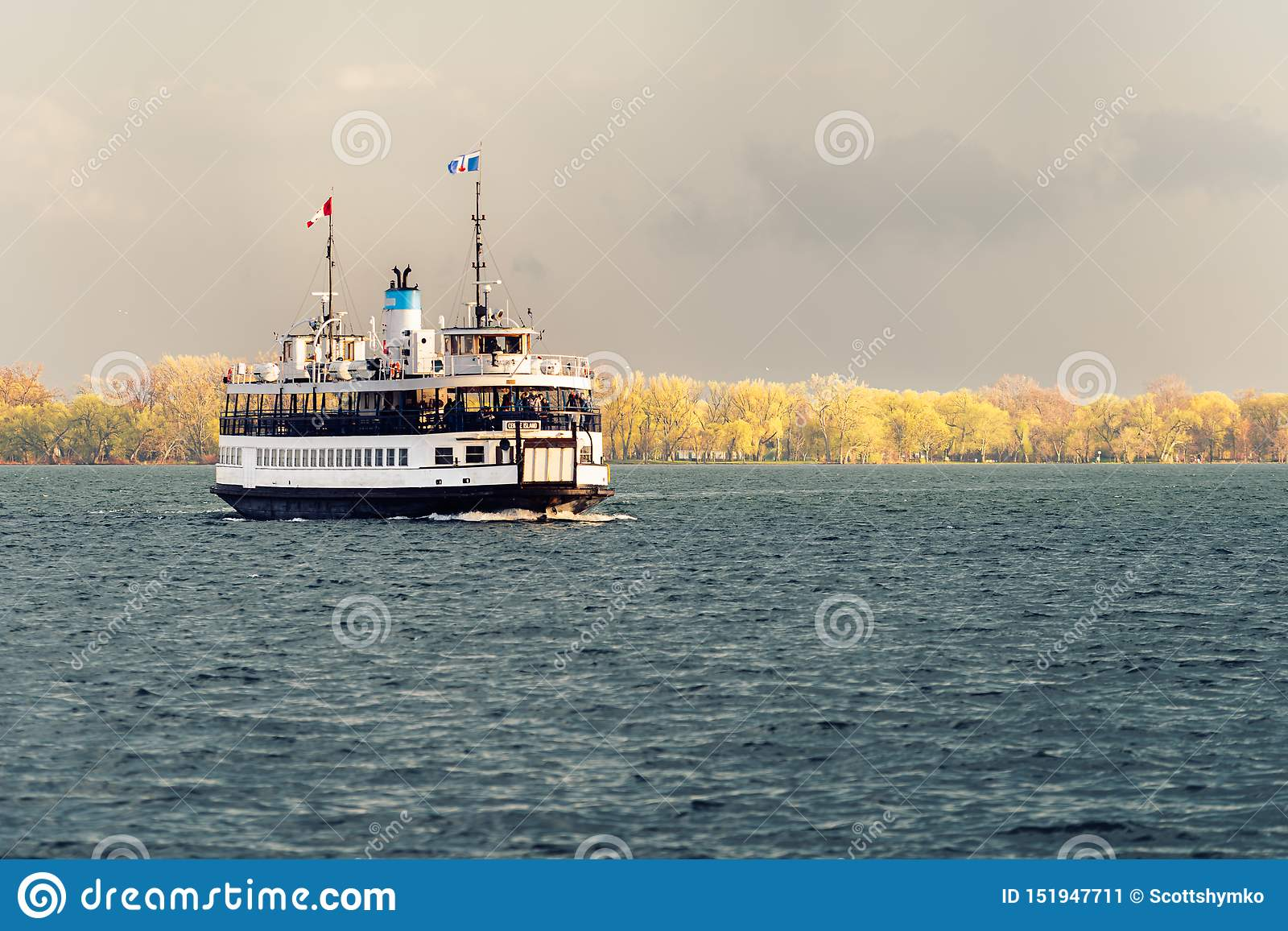 En passagerarfärja seglar över den Toronto hamnen efter en storm