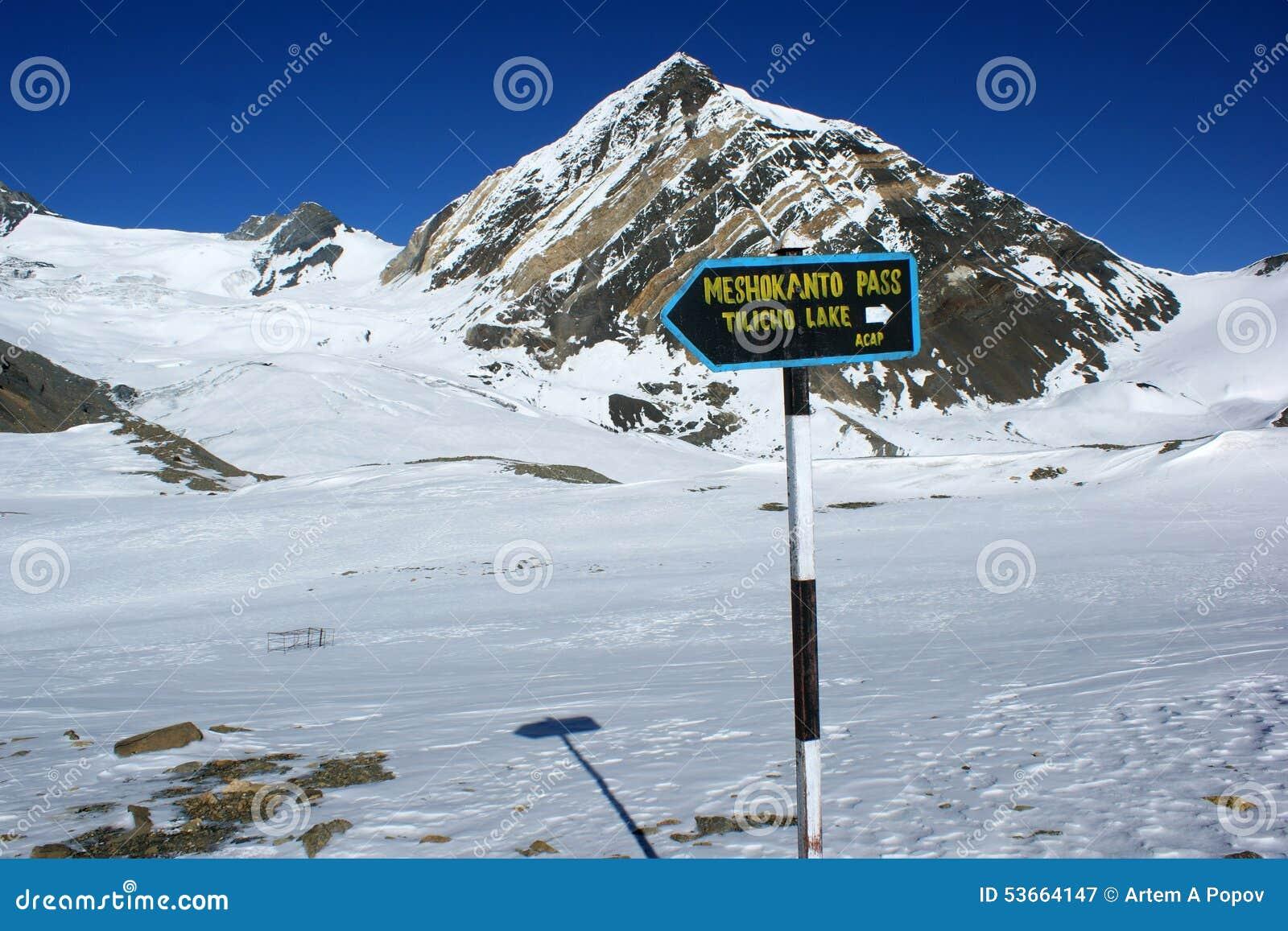 En pekare till tvärgatorna till det Meshokanto passerandet, Annapurna region, Nepal