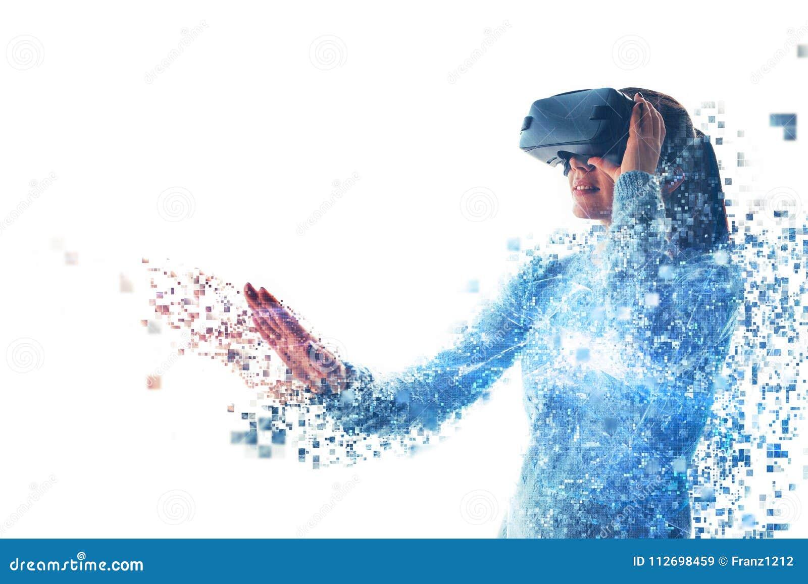 En person i faktiska exponeringsglas flyger till PIXEL Kvinnan med exponeringsglas av virtuell verklighet Framtida teknologibegre