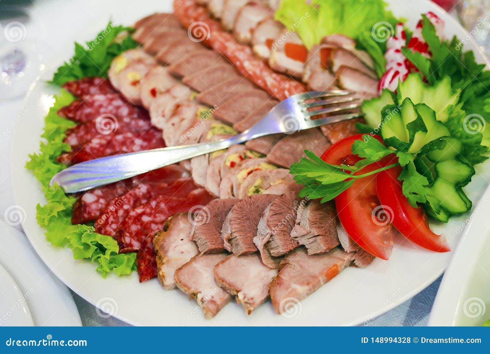En platta av skinka, bacon, salami och korvar K?ttuppl?ggningsfat