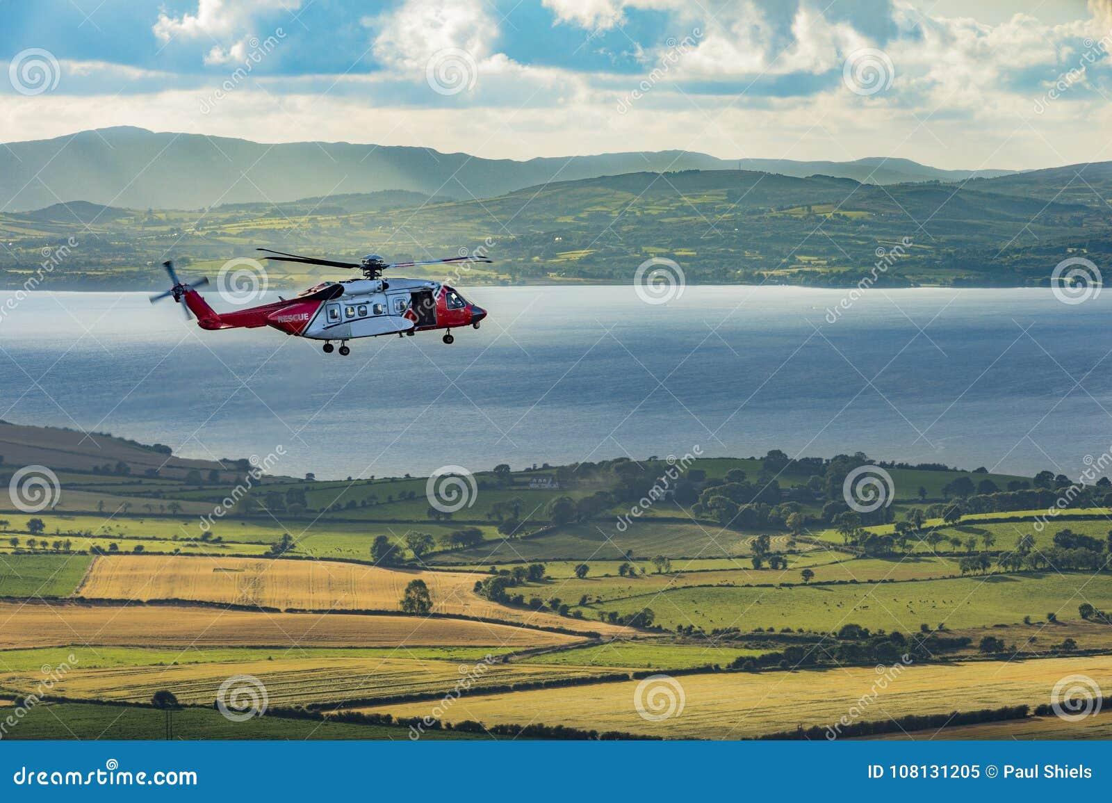 En räddningsaktionhelikopter på en Grianan av Aileach, Co Donegal