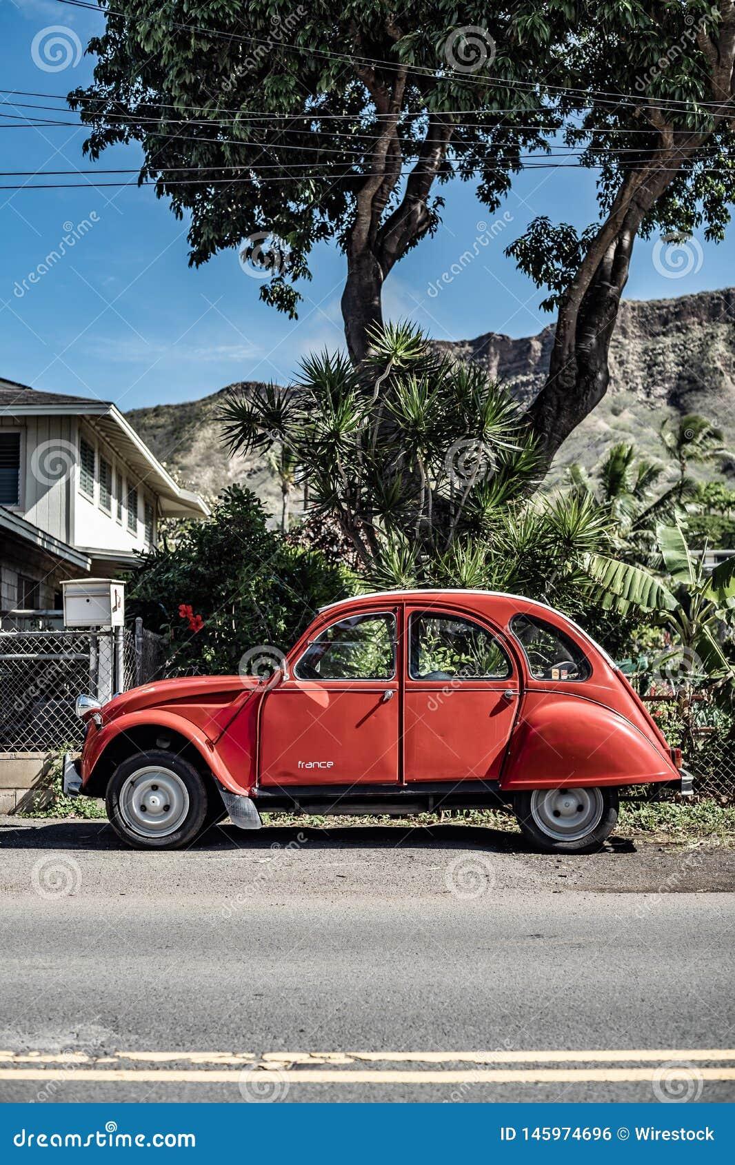 En röd bil för klassisk tappning som skjutas från rätsidan