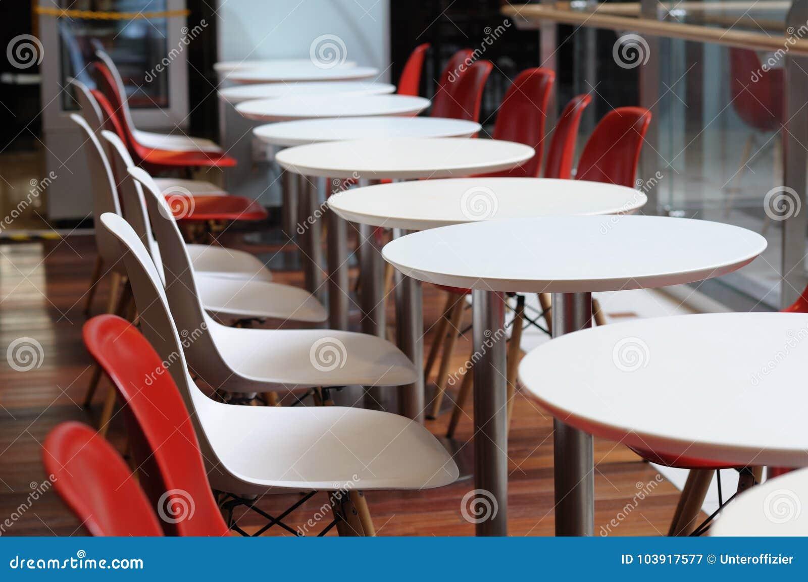 En Rad Av Den Tomma Runda Tabellen Och Stolar Fotografering