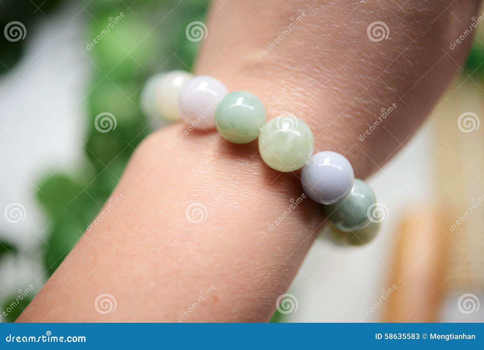 En rad av jade pryder med pärlor wearring på handleden