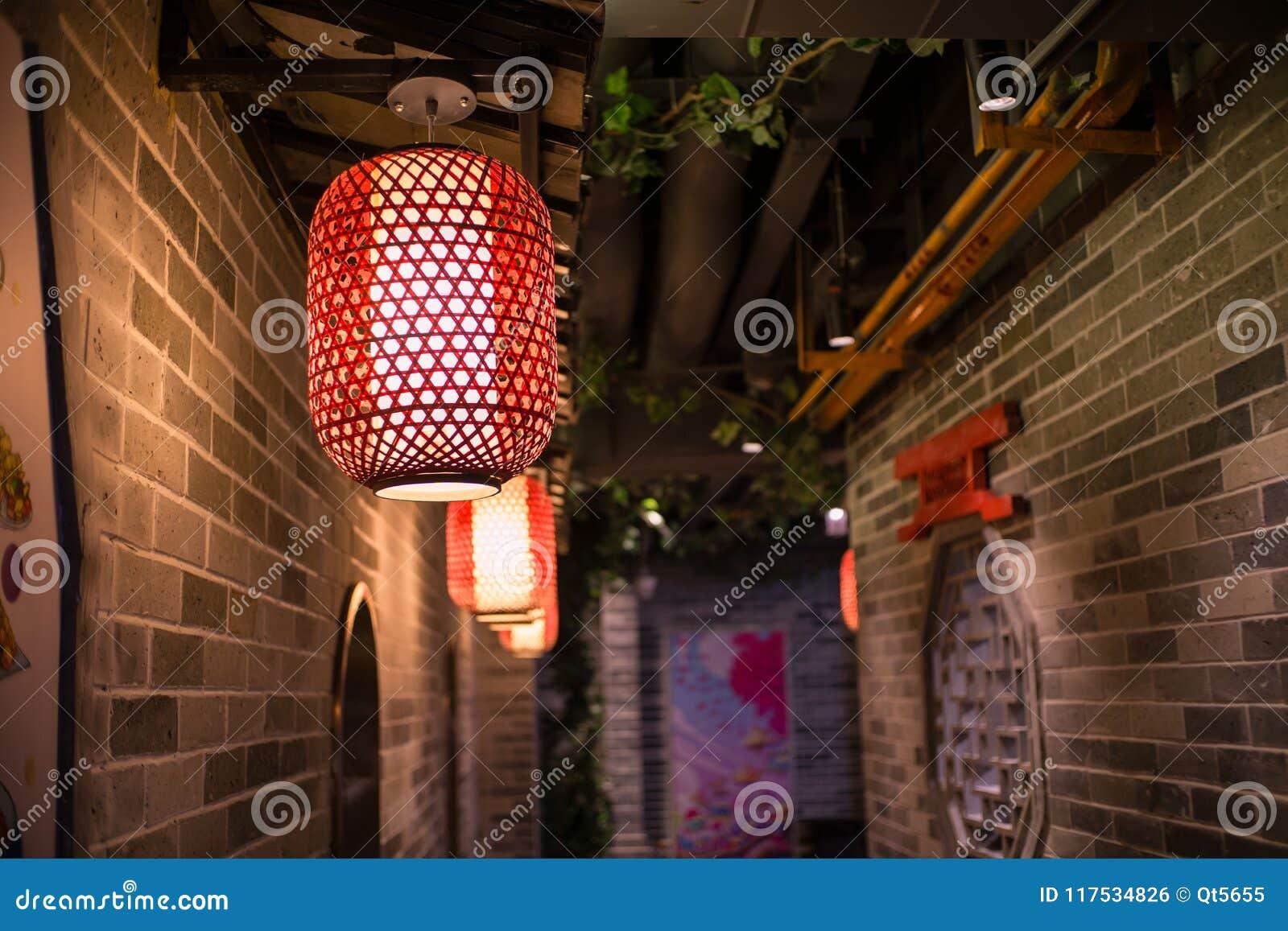 En rad av röda lyktor hängde i korridoren