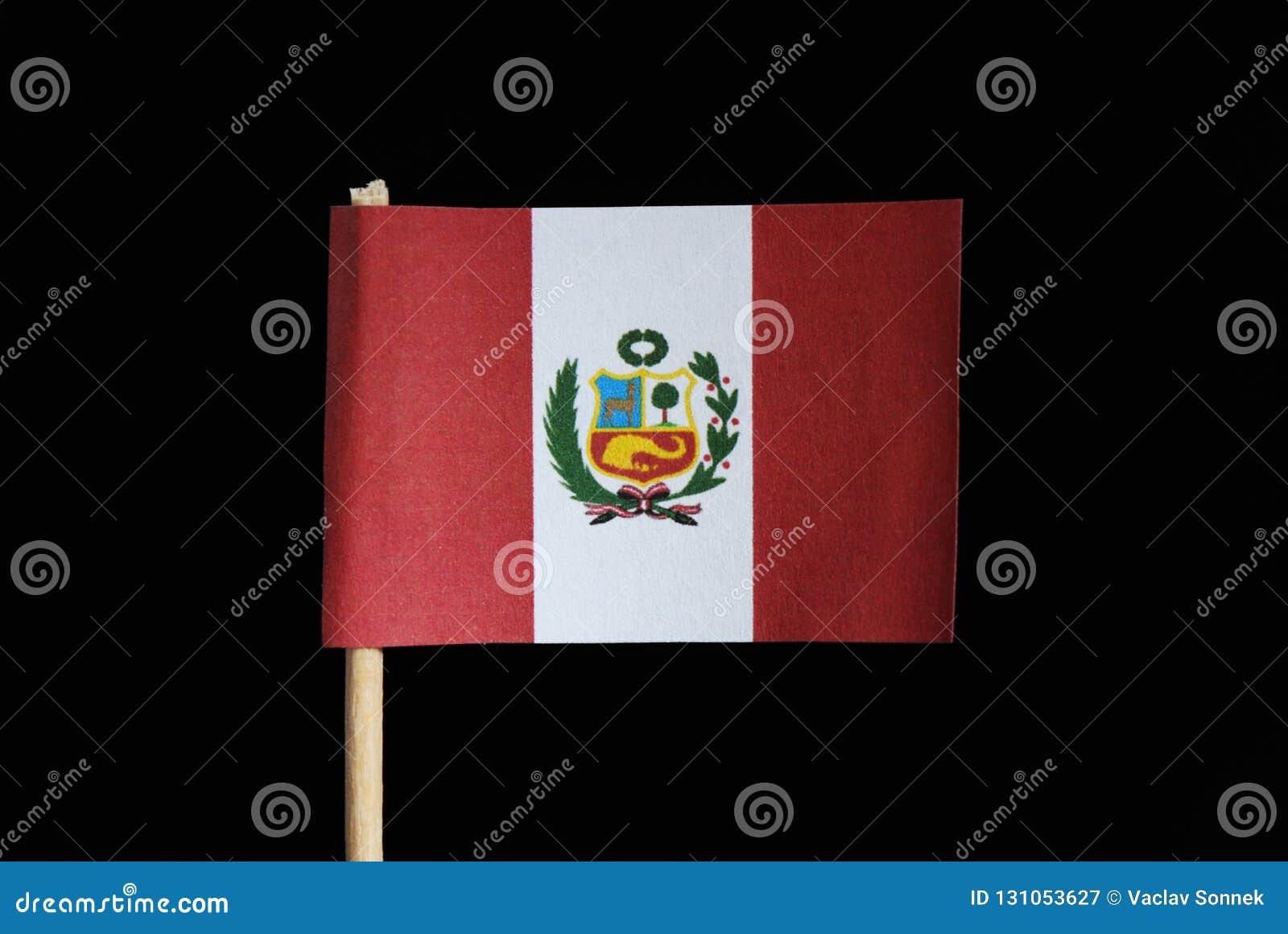 En representant och en original- flagga av Peru på tandpetare på svart bakgrund En vertikal triband av rött och vitt med det nati