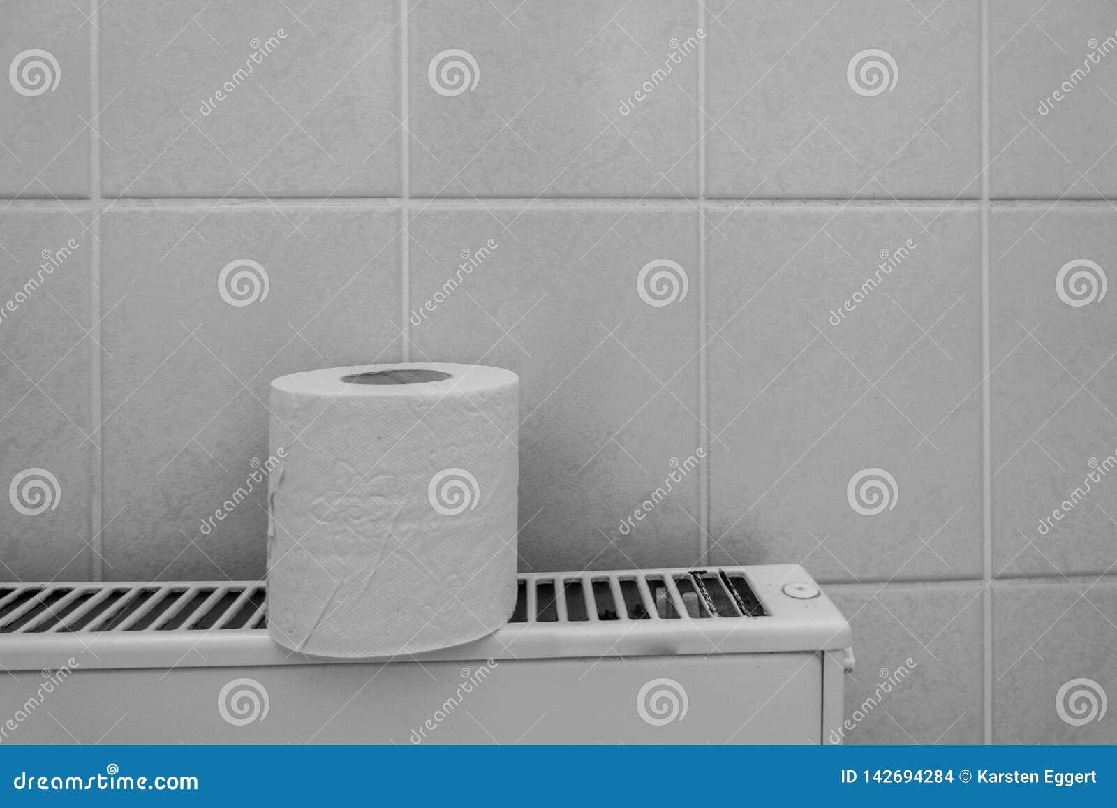 En rulle av pappers- ställningar för toalett på ett element