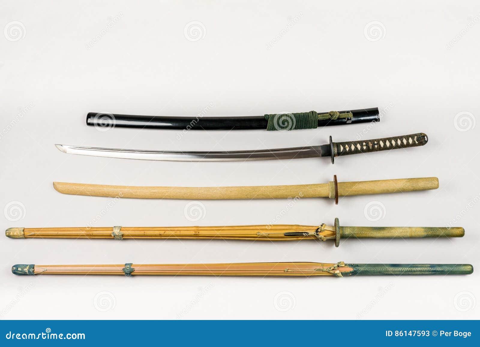 En samling av vapen för utbildning, utrustning för den japanska sporten Iaido och Kendo