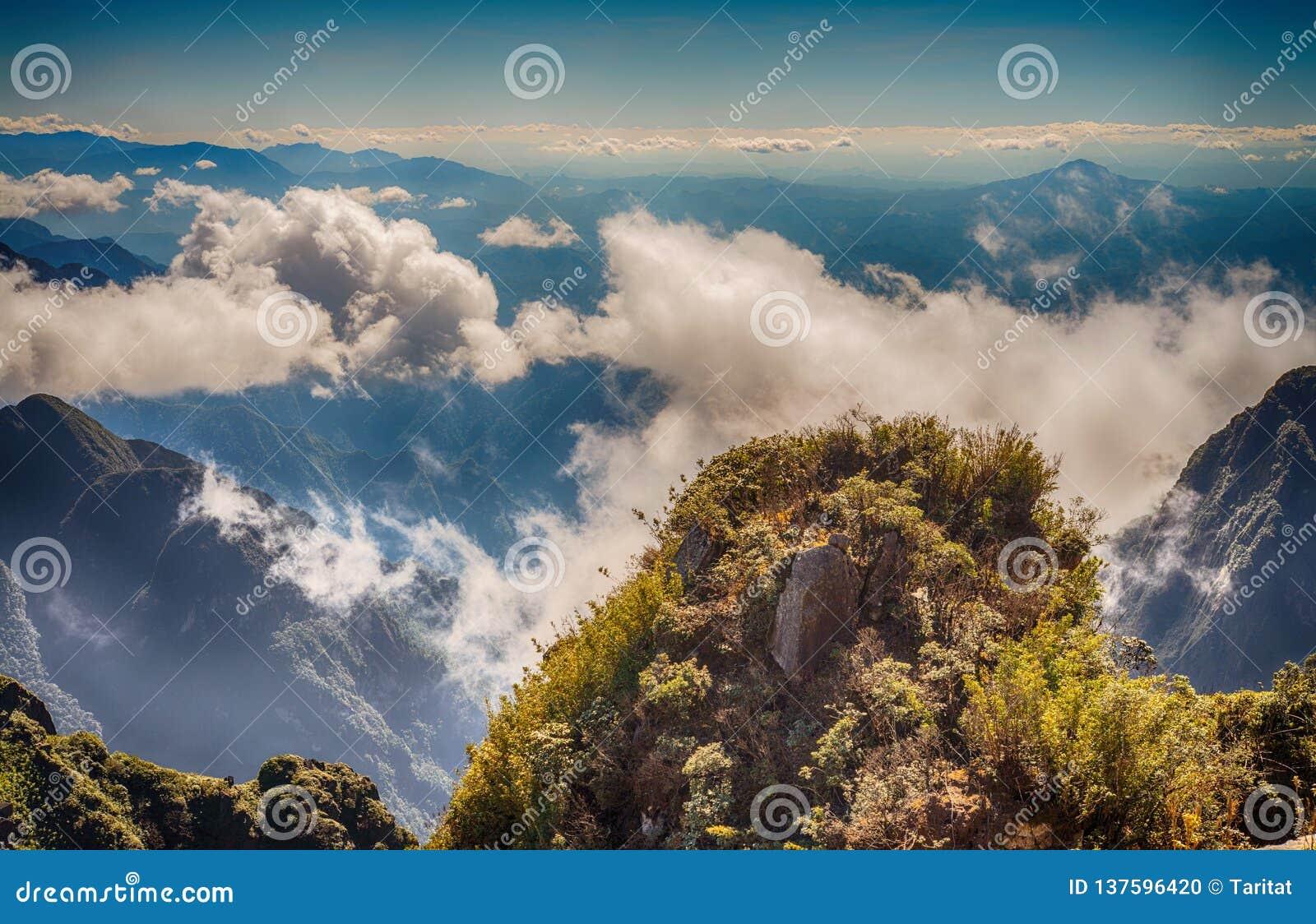 En scenisk sikt av himmel på jord, Fansipan högst berg, Sapa, Vietnam