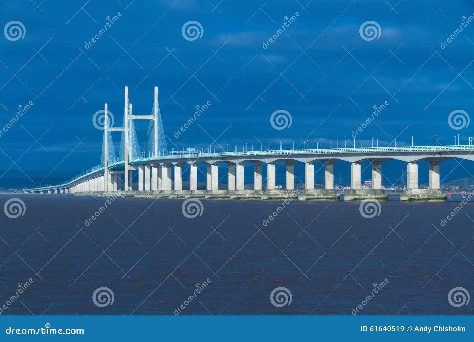 En segundo lugar Severn Crossing, puente sobre Bristol Channel entre Inglés