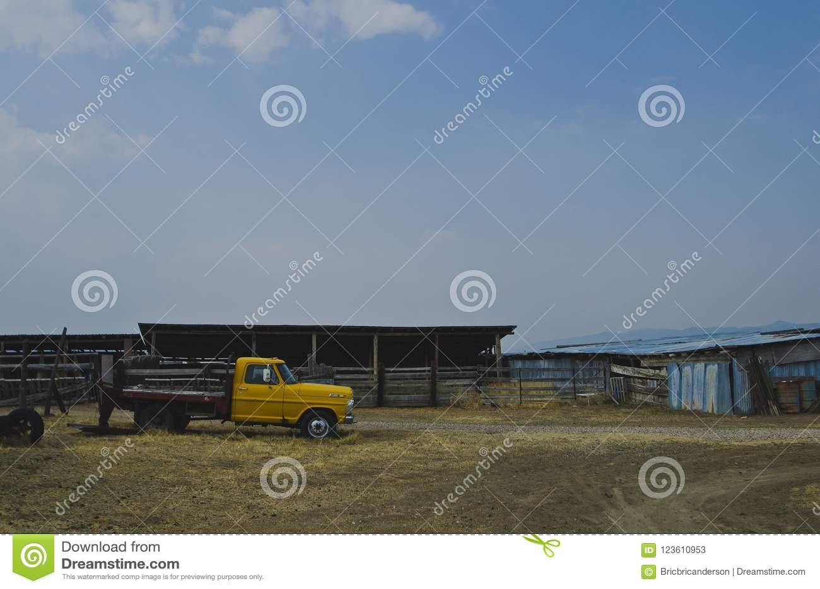 En sidosikt av skjulet och lastbilen på den gamla lantgården