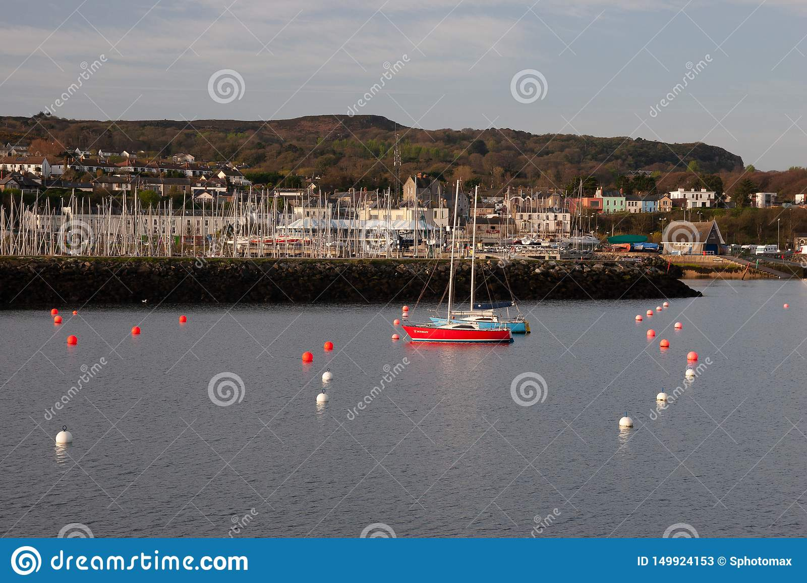 En sikt av den Howth hamnen med det lilla havshantverket