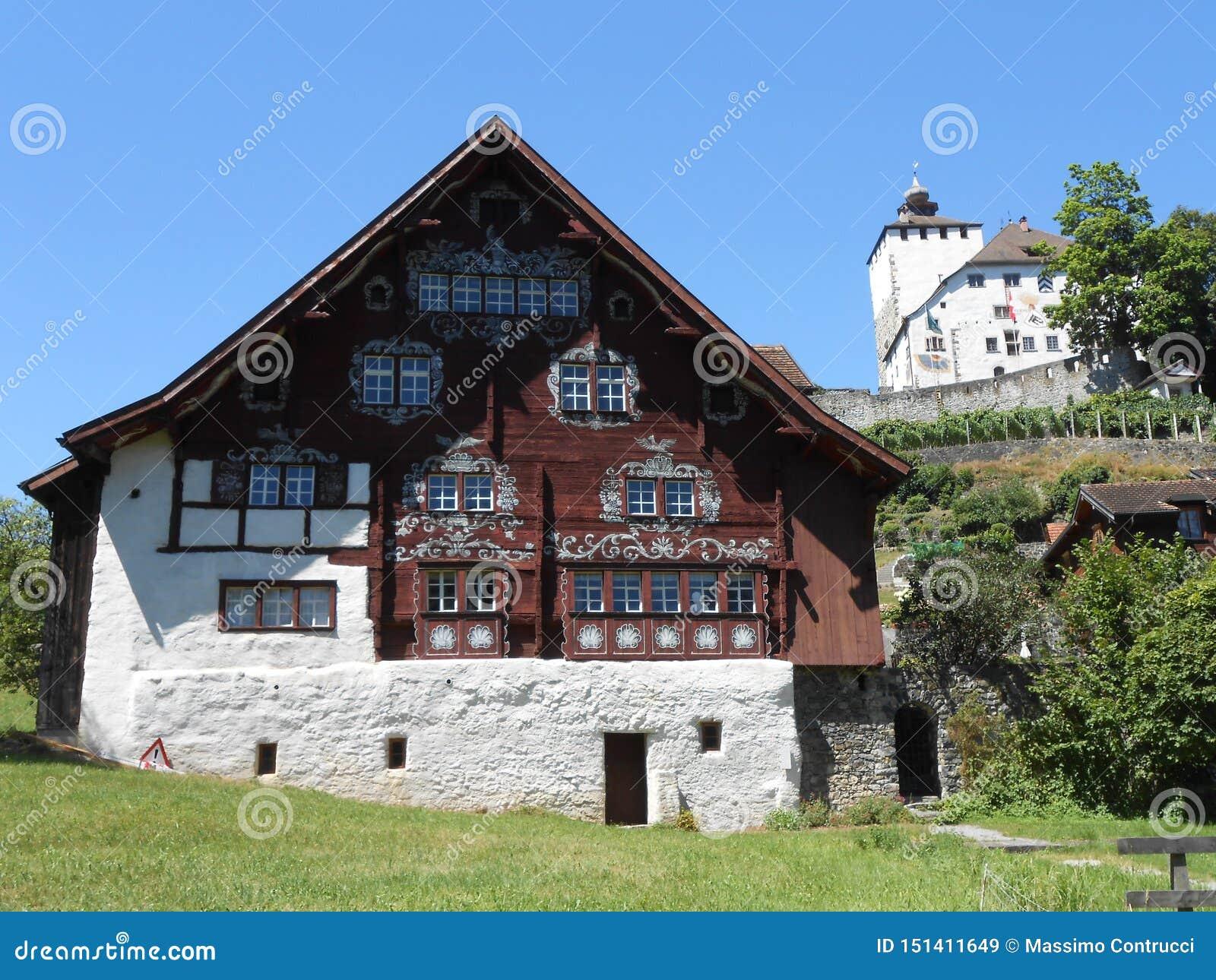 En sikt av den lilla schweiziska byn av Werdenberg