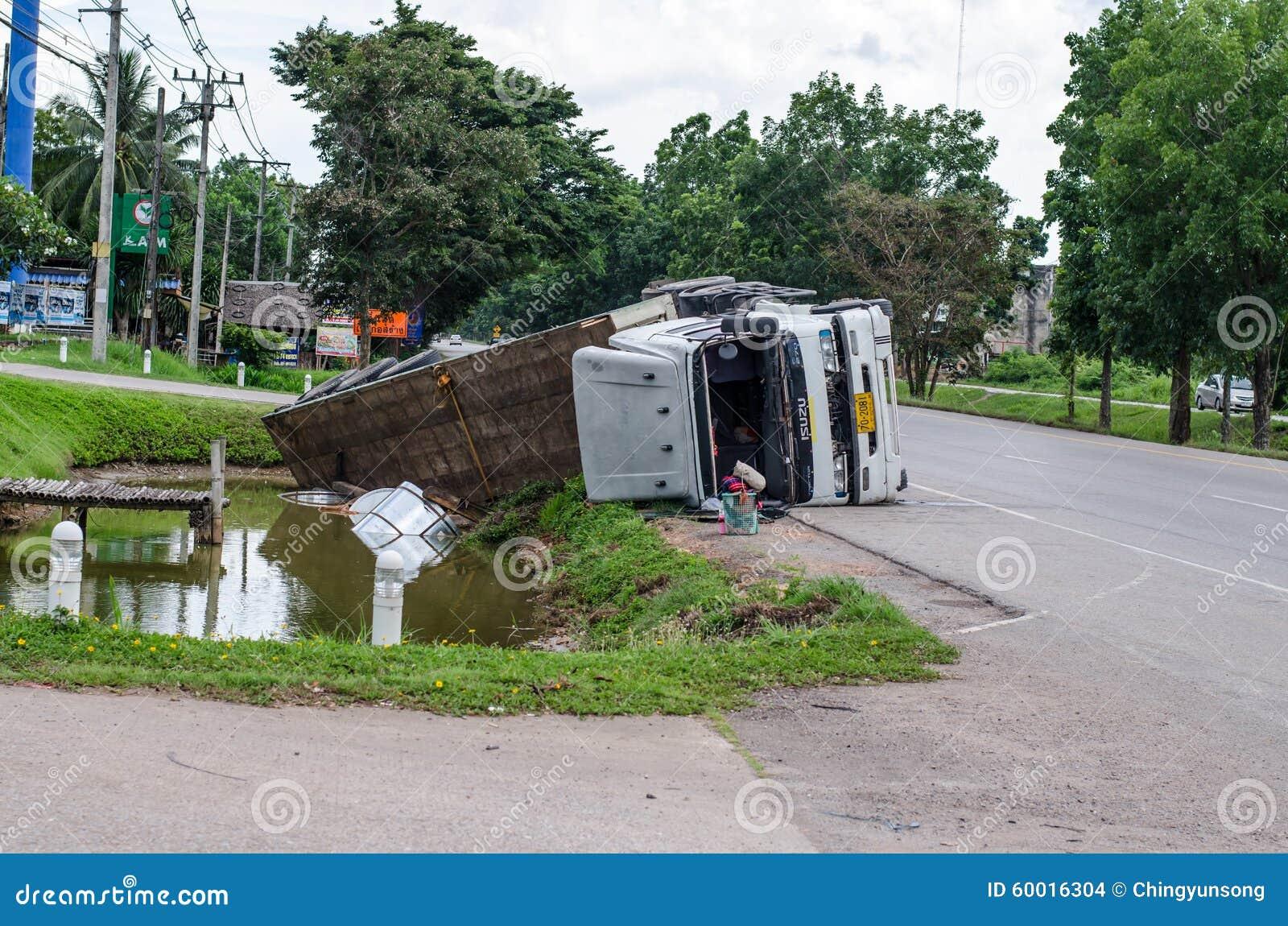 En sikt av en vulten lastbil på en huvudväg i en olycka