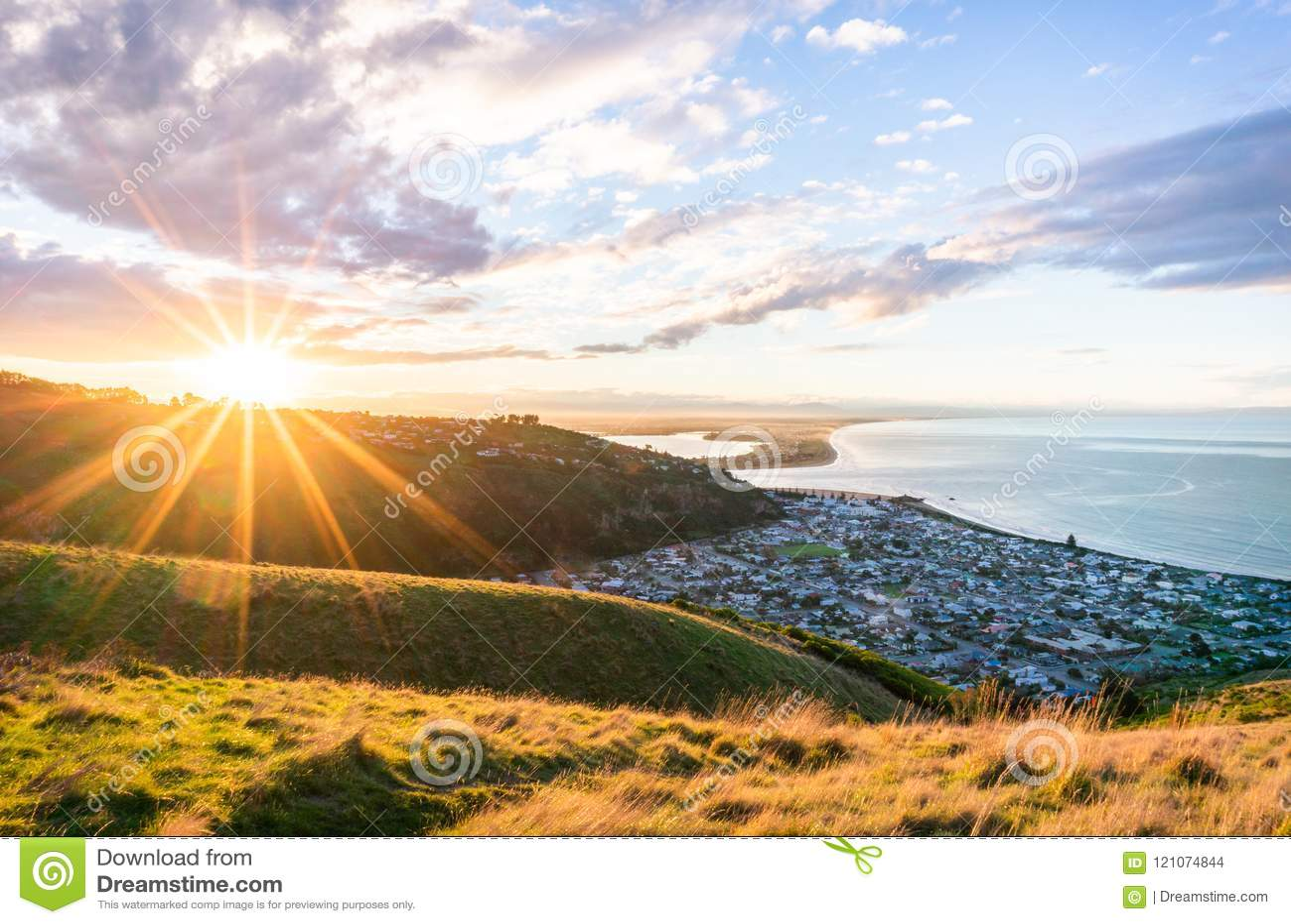 En slående solnedgång av en härlig bergig sjösidastad