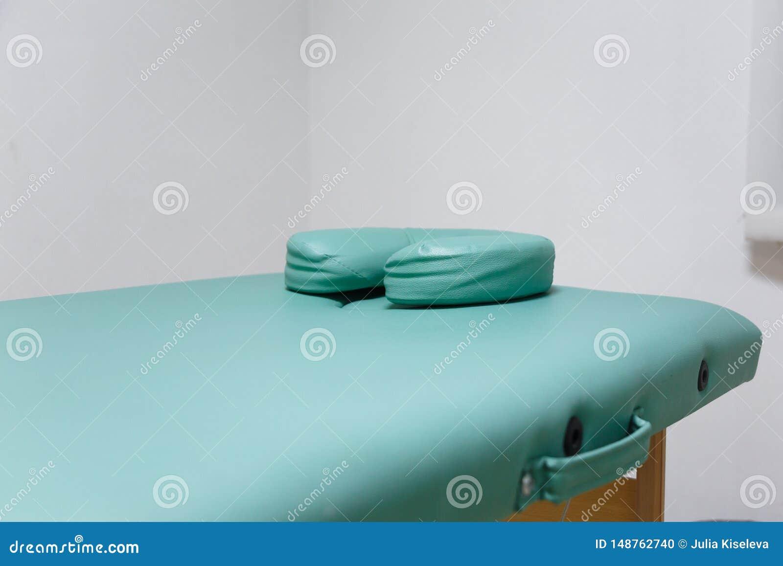 En soffa, en tabellcosmetology, massage, l?karunders?kning med extra kuddar under huvudet