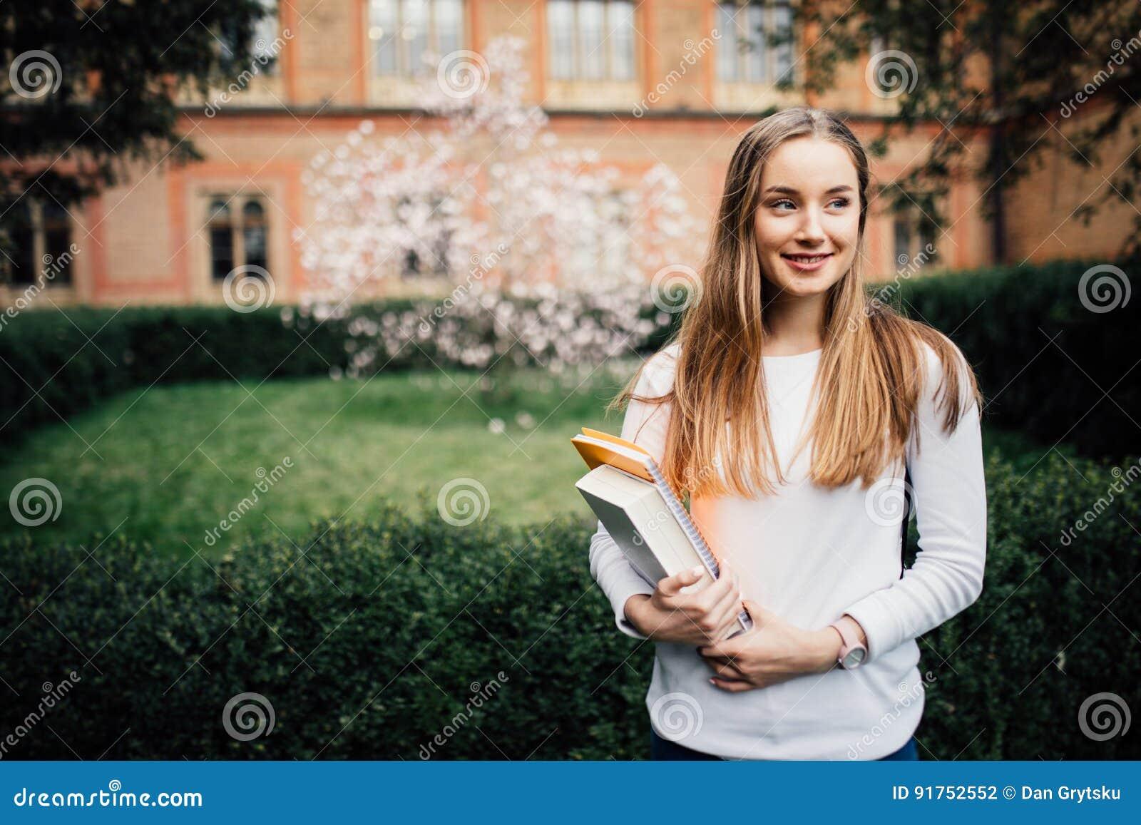 En stående av en högskolestudent At Campus