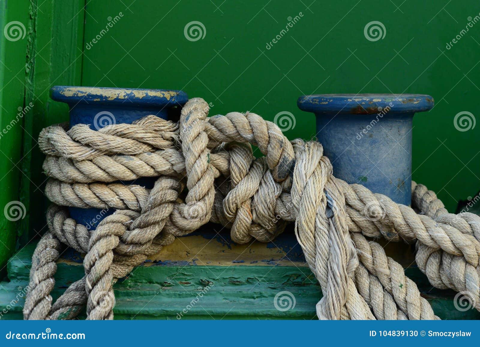 En stor gammal dubb med det klassiska förtöja repet som binds på det