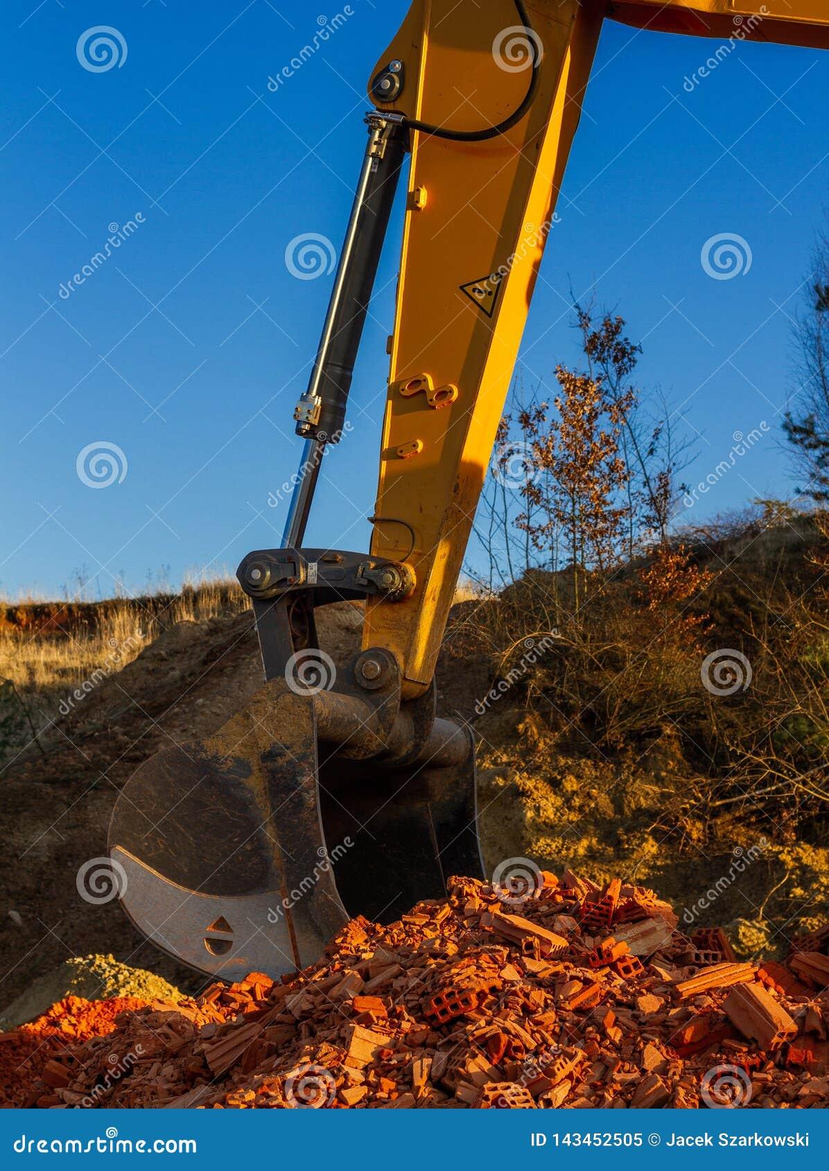 En stor gul grävskopa på en konstruktionsplats