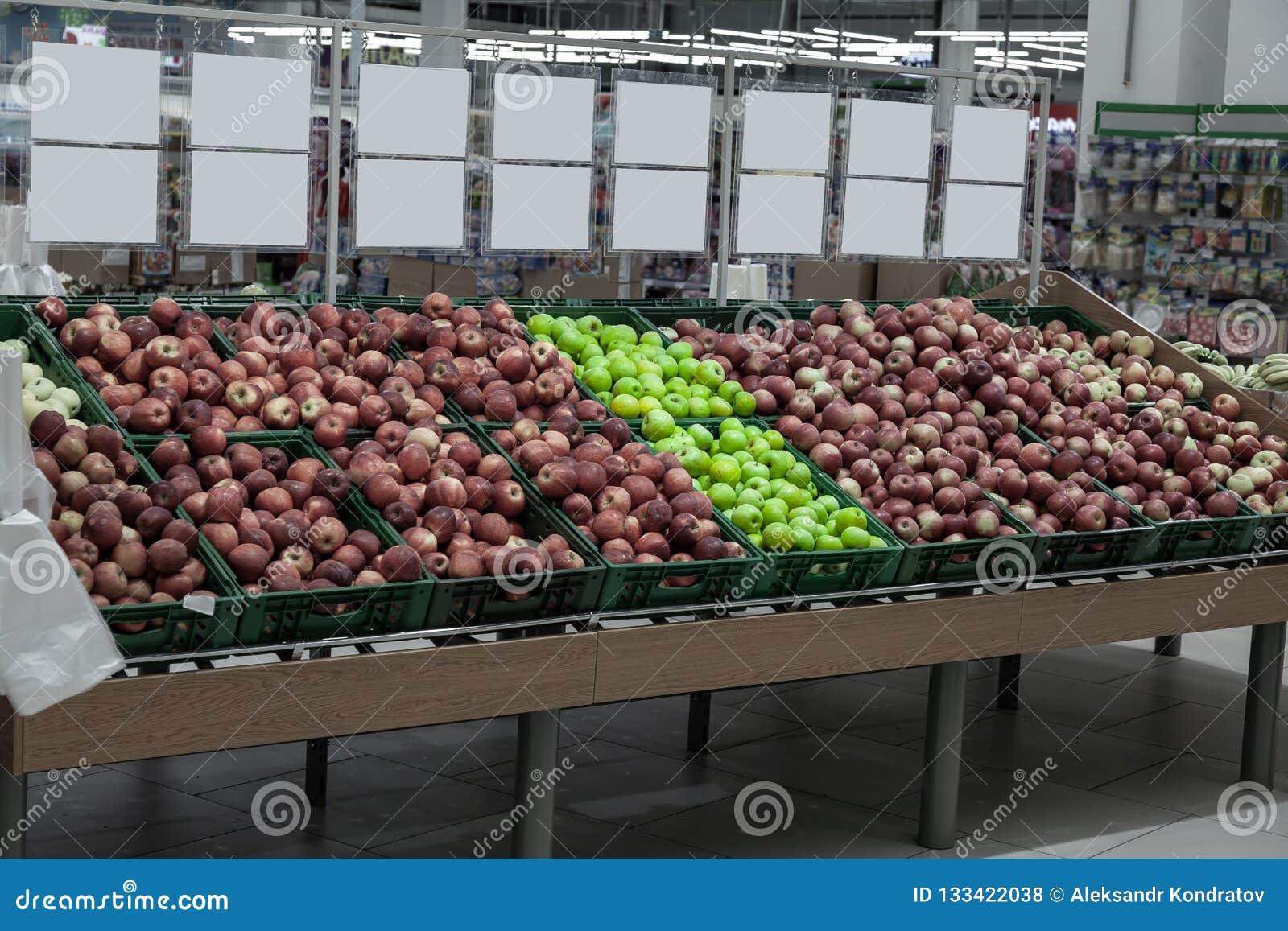 En stor kugge med korgar med olika typer av äpplen i fruktavdelningen av köpcentret Nya och sunda foods f