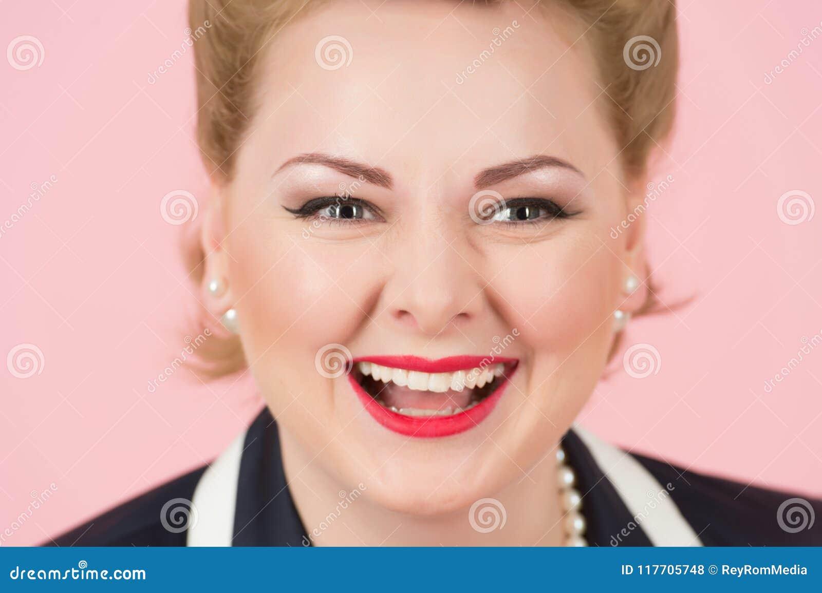 En stor leendenärbild av den blonda flickan Stående av den lyckliga vita kvinnan med attraktivt skratt och bra hud skratta den bl